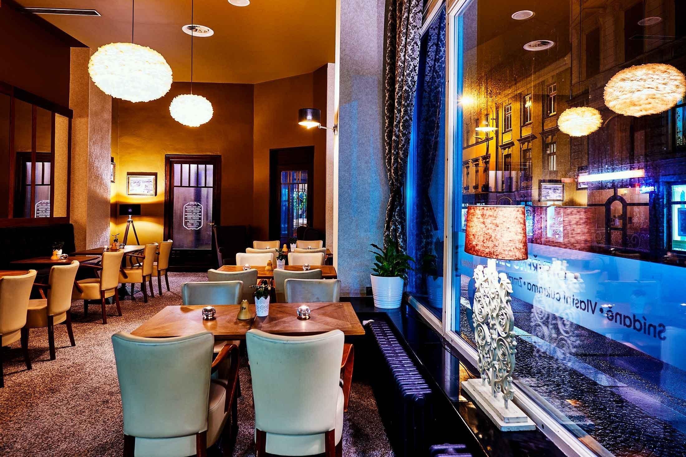 """""""Dobová secesní kavárna s moderním lookem.""""  Barvy luxusu ve zlatých a hnědých tónech, exklusivní tapety, zámecké závěsy a to vše doladěné husím…"""