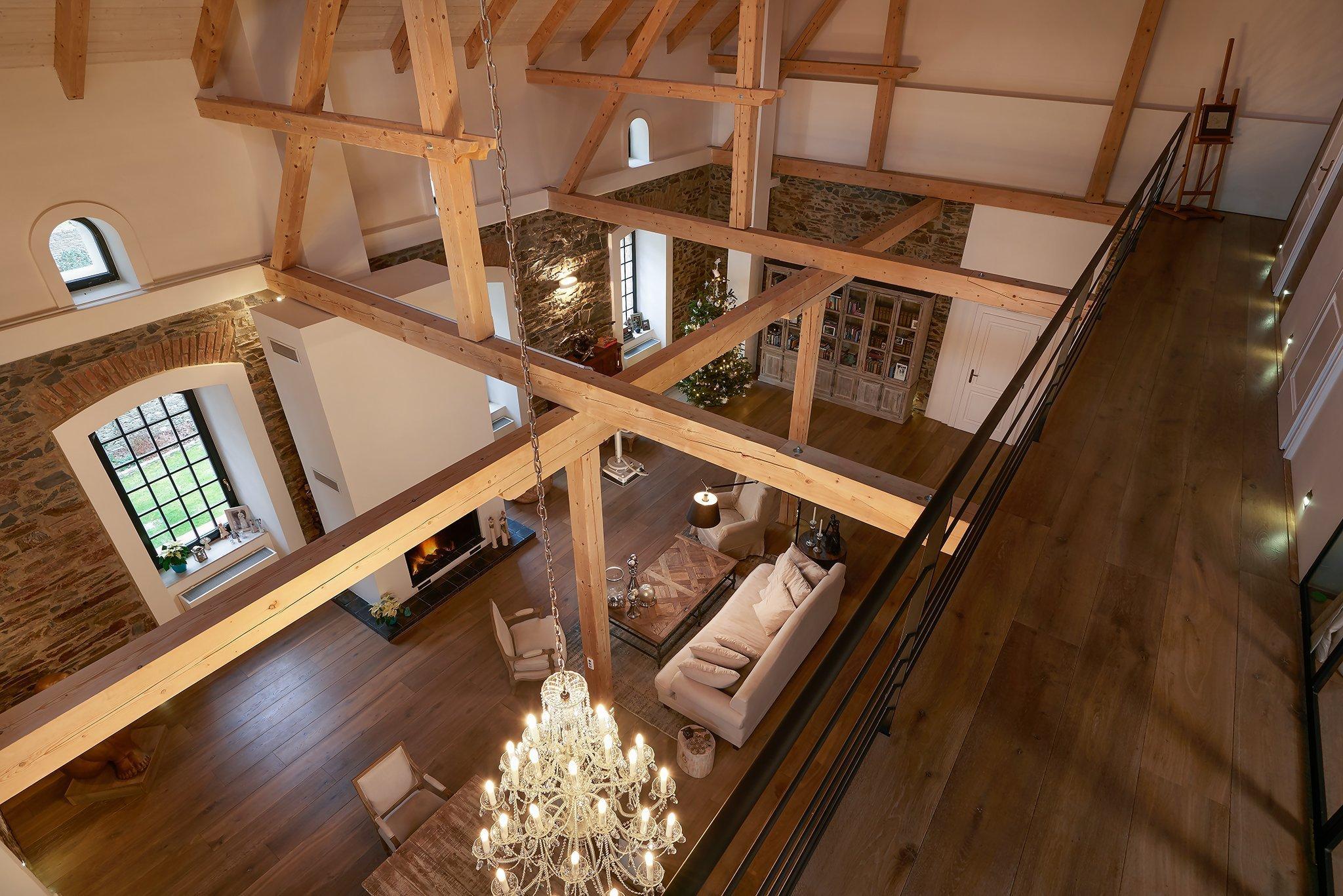 Zrekonstruovali mlýn z 15. století na luxusní bydlení. Splnili si taksen z mládí. Chátrající mlýn v podhradí na tolik majitelůmučaroval že když to…
