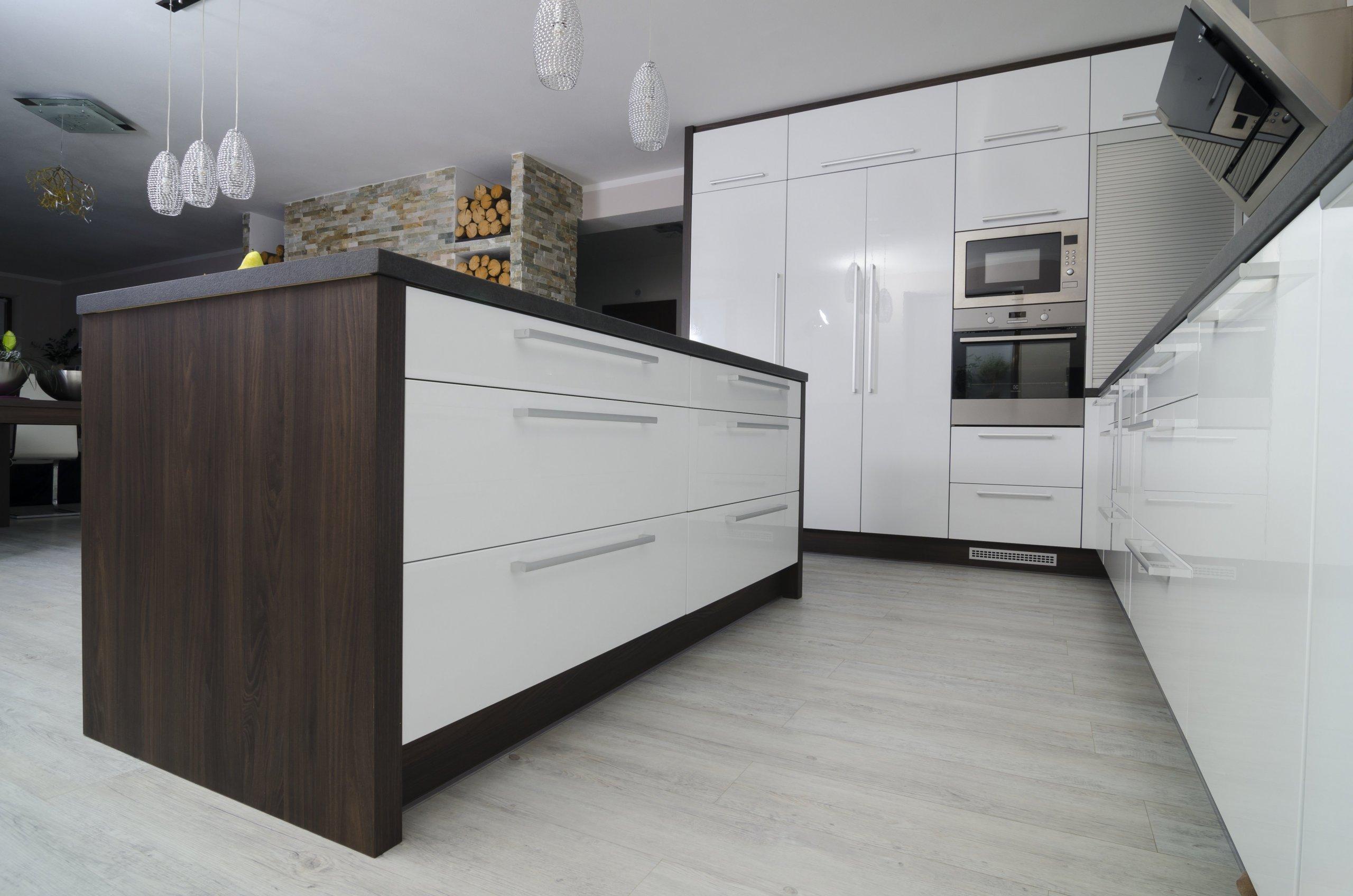 Kuchyň s jídelnou a obývacím pokojem
