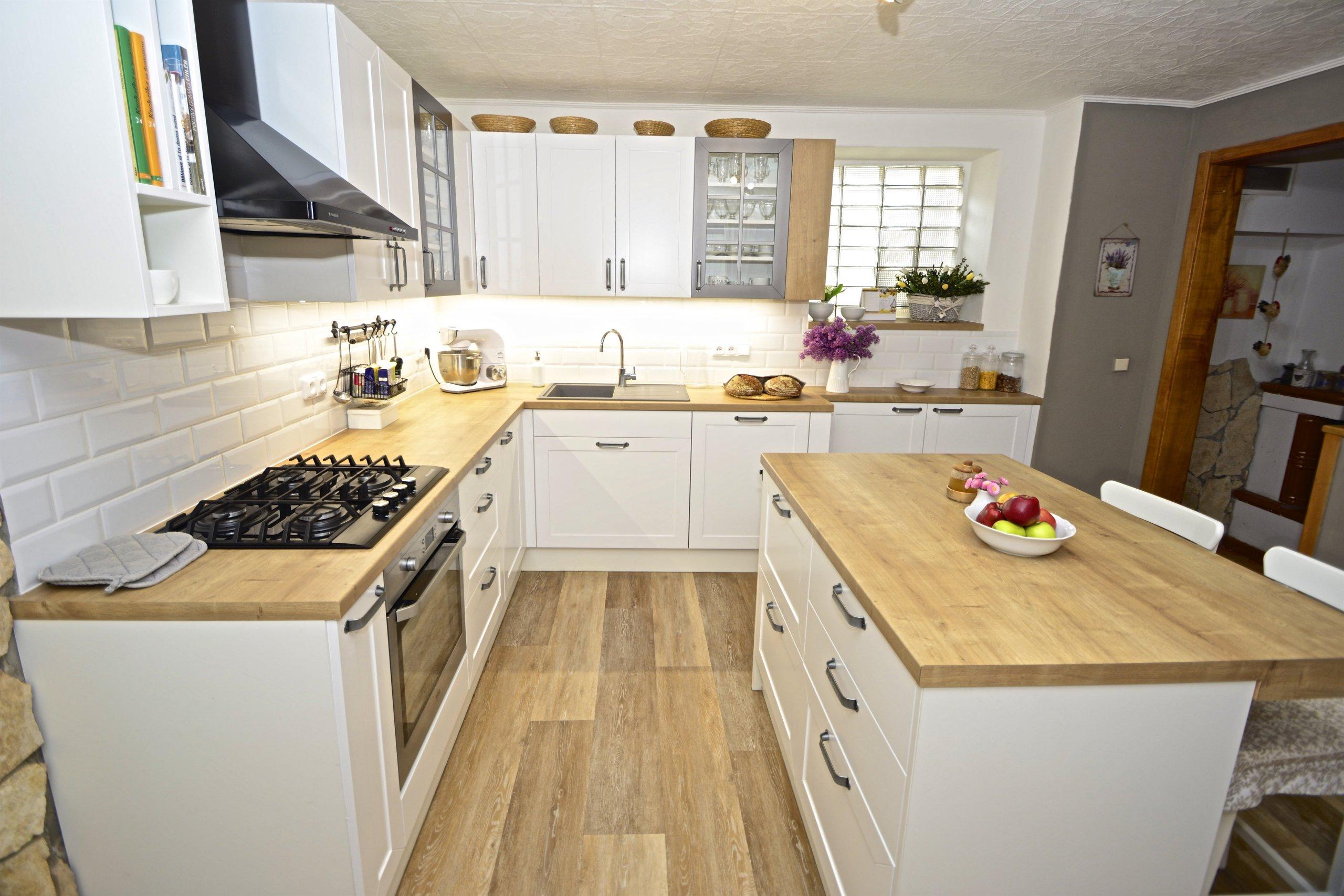 Rozhodli jsme se pro rekonstrukci kuchyně ve starším domě pro zákaznici, která den co den vaří a peče. Zákaznice potřebovala praktickou, prostornou a co…