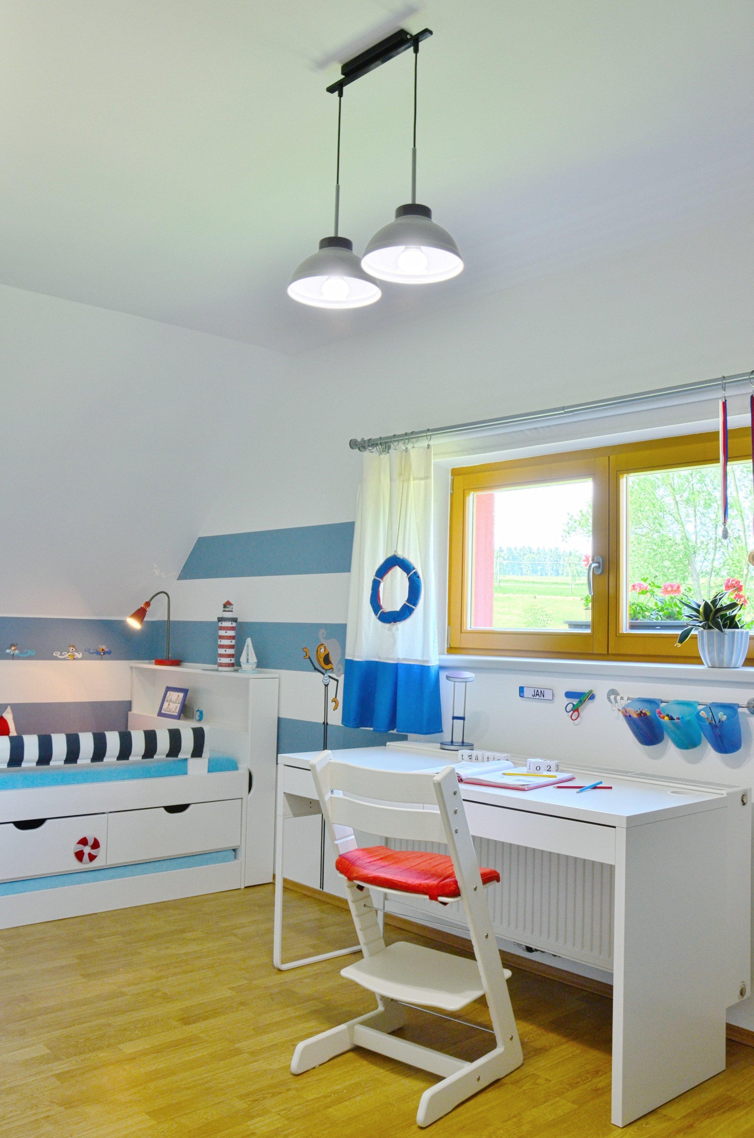 V pokoji bylo třeba vytvořit zónu na spaní, hrací koutek a do budoucna učení. Postel je zrealizována jako vestavěná do niky pod šikminou - atypická, na míru…