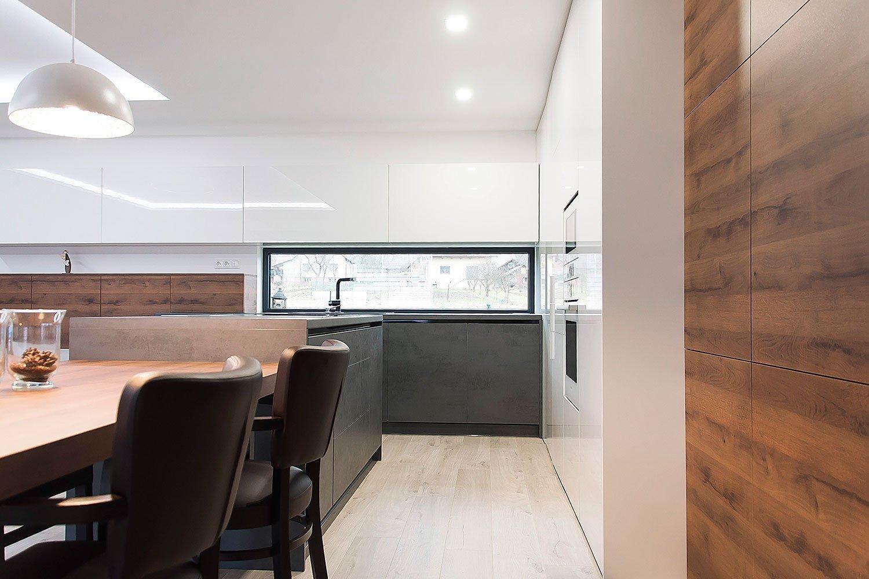 Interiér bol navrhnutý a zrealizovaný pre mladú rodinu. Dizajn interiéru rodinného domu je riešený v čistých jednoduchých líniach. Interiér mál z pohľadu…