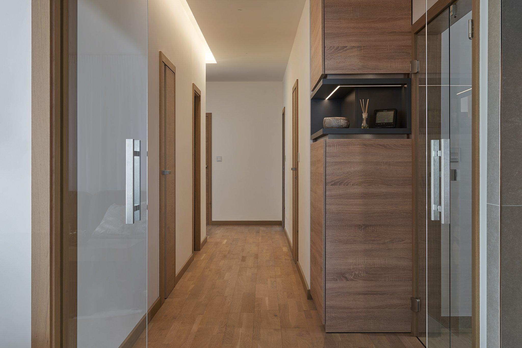 Moderní interiér domu v obývací části s vysokým stropem kde konstrukce krovu ze smrkových trámů zůstalačástečně viditelná. Interiér dýchá příjemnou…