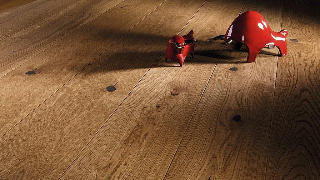 Dubová podlaha s 2x frézovanými hranami potažená bezbarvým přírodním olejem. Krása přírodního dřeva je navíc obohacena kartáčováním.