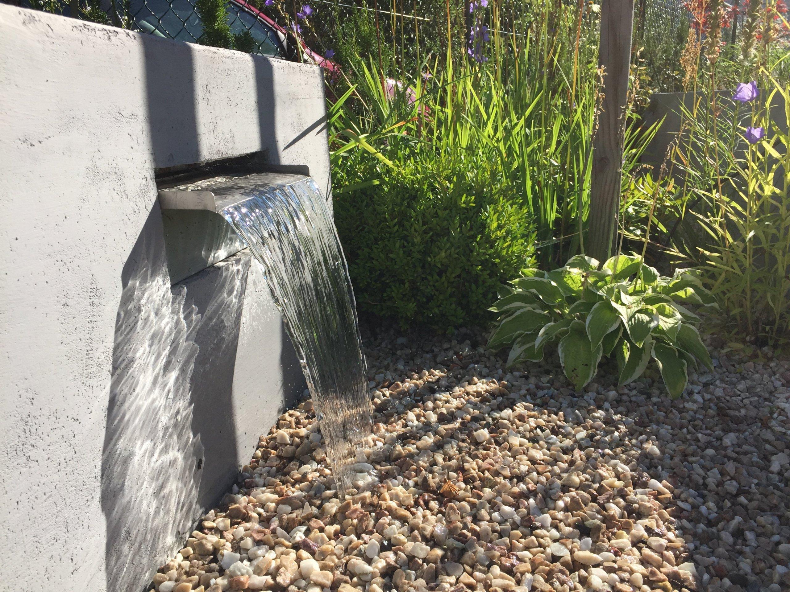 Přední část zahrady jako reprezentativní část je uzavřena v pravidelných rámech. Geometrické podíly zdůrazňují jednoduchost a eleganci, nepřitlačujíc…