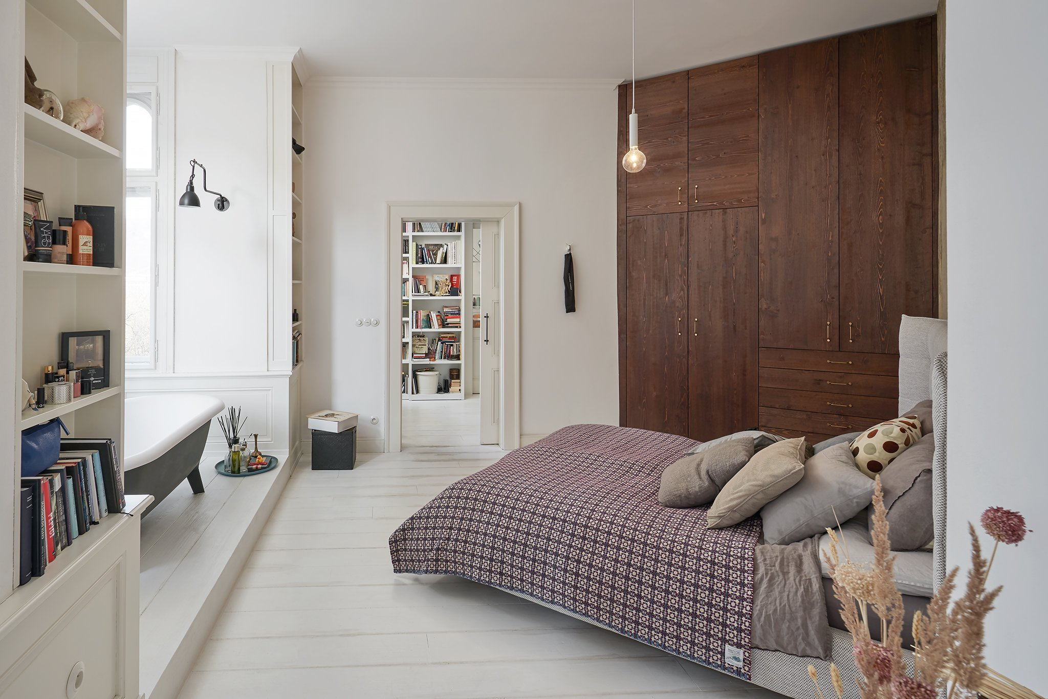 Původní velkorysý byt za dob normalizace necitlivě rozdělen na dvě bytové jednotky, které byly ve velmi špatném stavu. Rekonstrukcí došlo ke spojení obou bytů.…