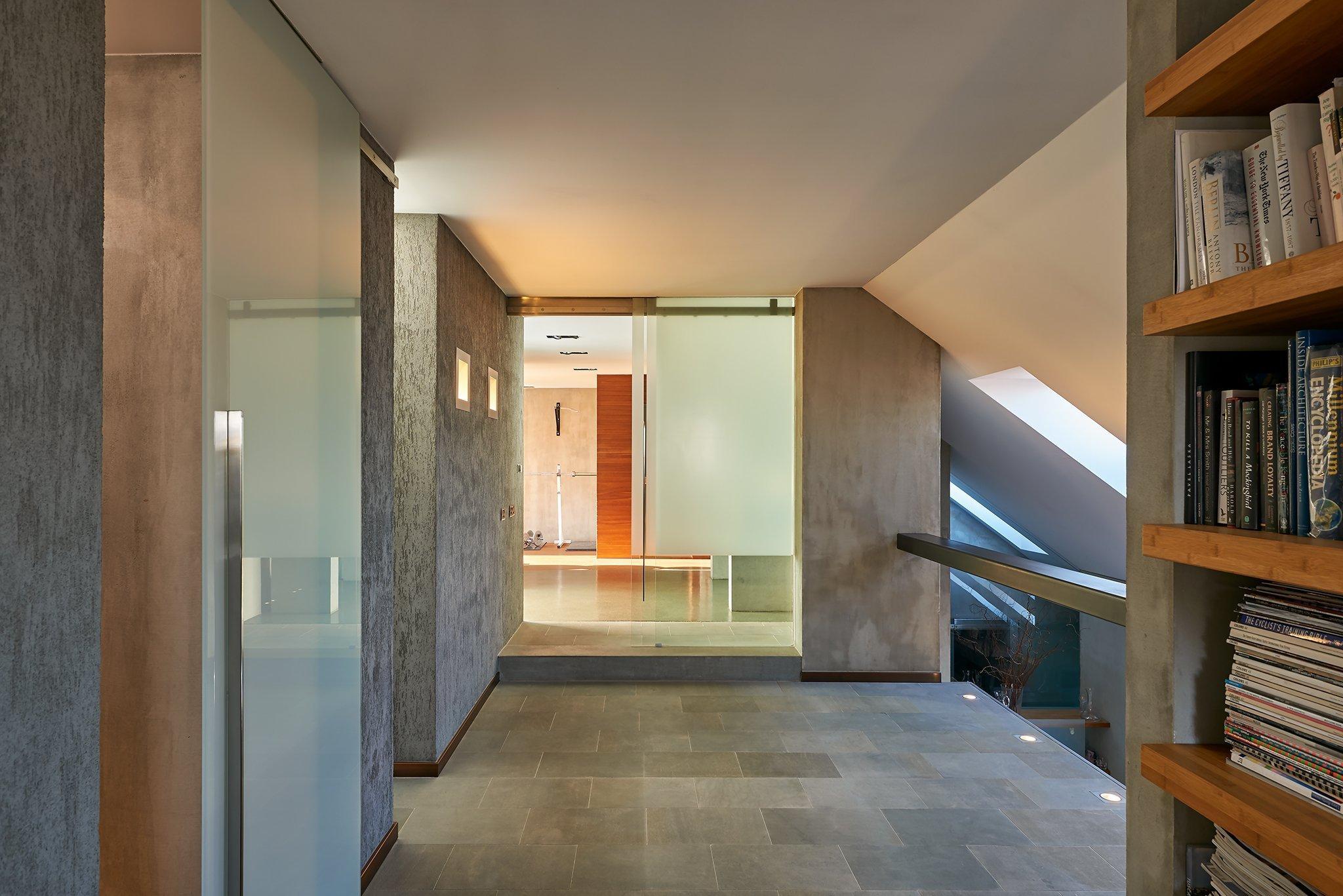 Velkorysý otevřený prostor, kvalitní materiály a nadčasovost, to jsou hlavní charakteristiky moderního mezonetu se střešní terasou z dílny architektky a…