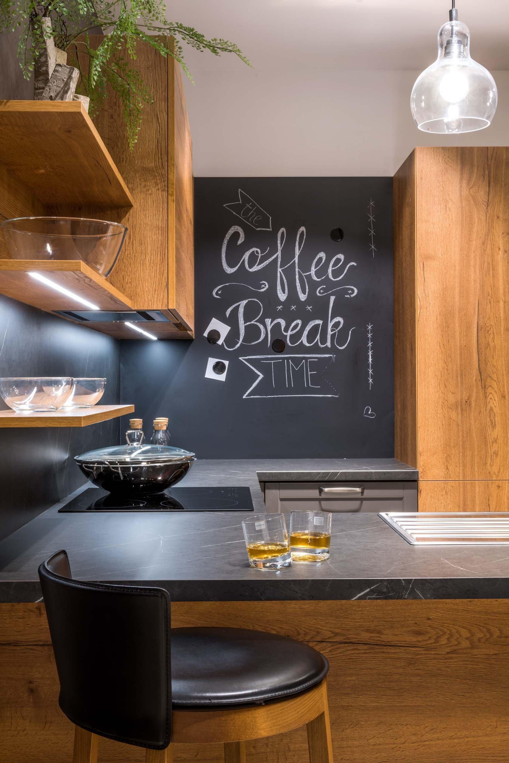 Novinka, skvělá na pohled i na provoz. Kuchyně COGNAC vyrobena novou technologií synchronního póru.  Dub Straight Cognac DŘEVĚNÝ DEKOR – LAMINO …