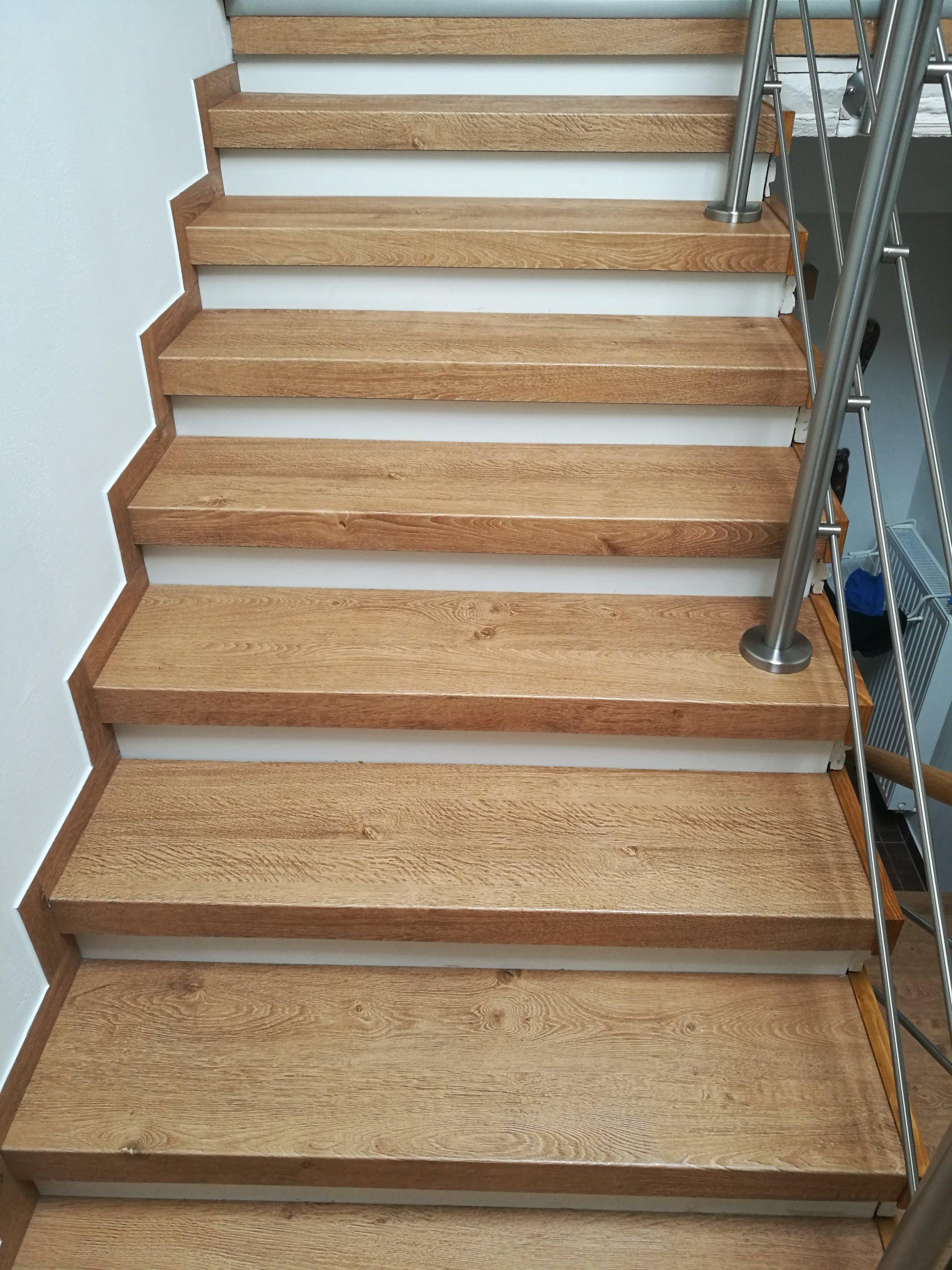 Schodové nášlapy jsou vyrobené z ohnutých dílců vinylové podlahy - dodáno firmou Bukoma