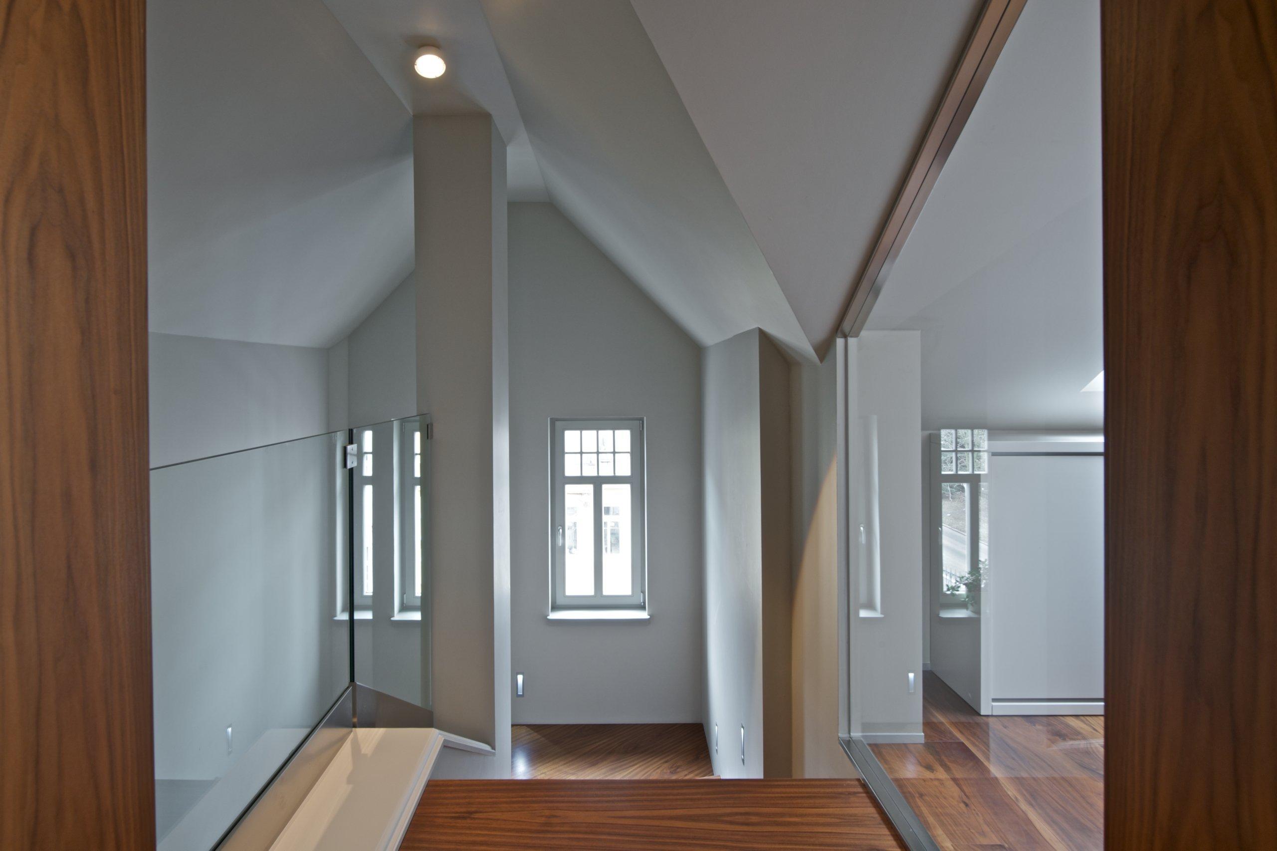 Mladý pár se rozhodl, že využije půdní prostor v rodinné vile. Uvolní tak ve spodních patrech domu místo ostatním členům rodiny a získají více soukromí. …