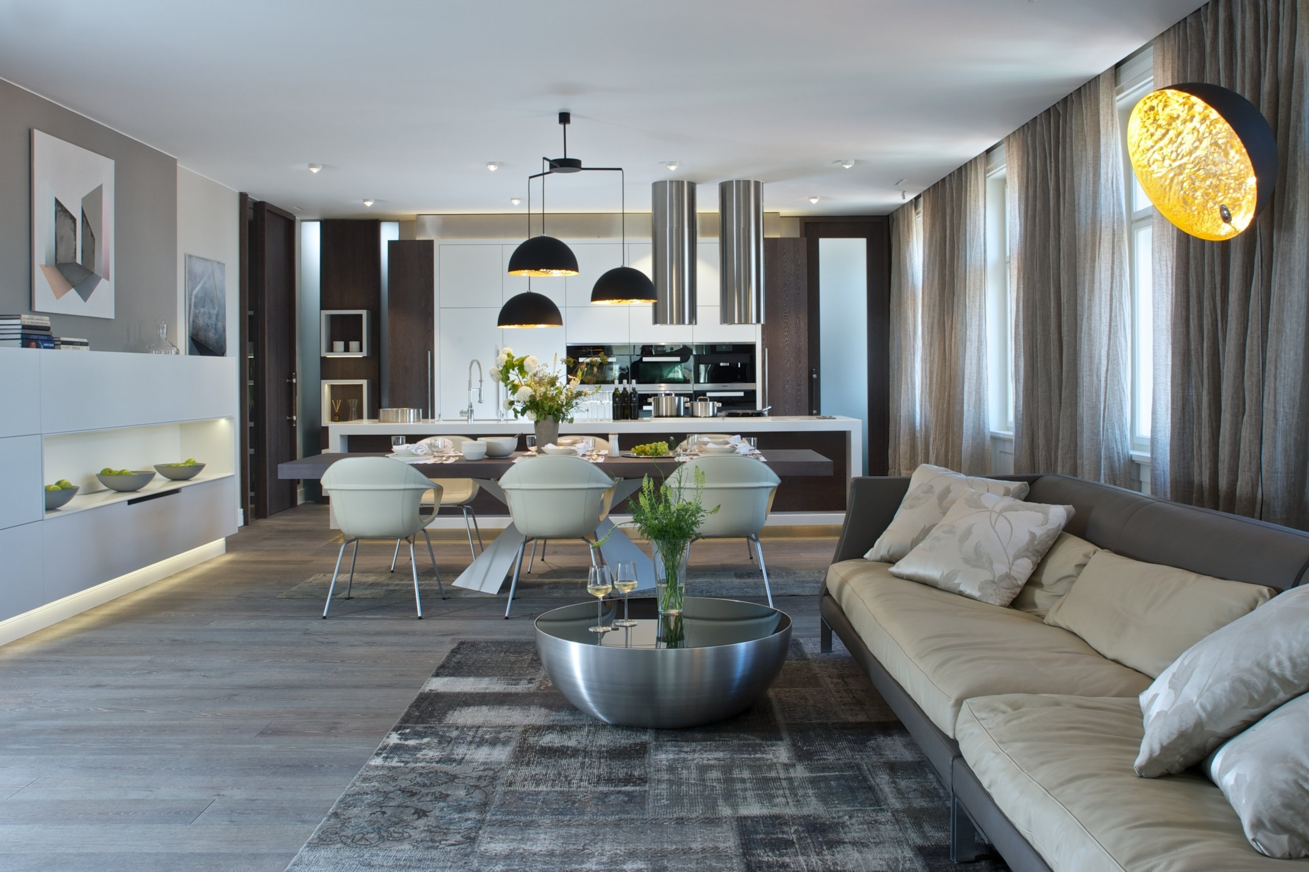 Za zdmi jednoho starého malostranského domuzáří nový byt zcela naplňující současné potřeby mladého manželského páru s dětmi a zároveň pokorně následující…