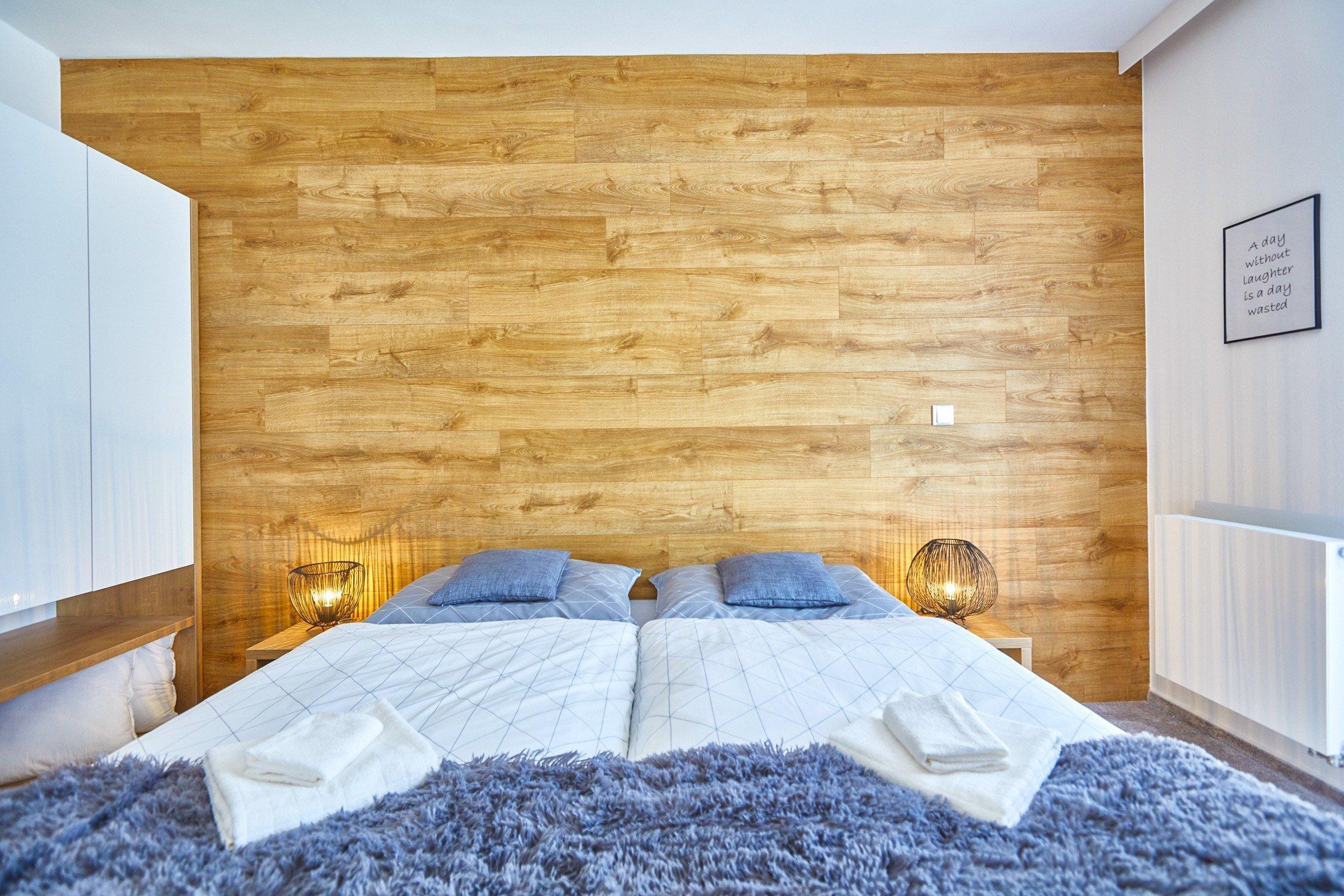 Malý horský apartmán investor zakoupil nejen pro odpočinek vlastní rodiny, ale i s výhledem na možnost krátkodobého pronájmu. Umístění domu 50m od…