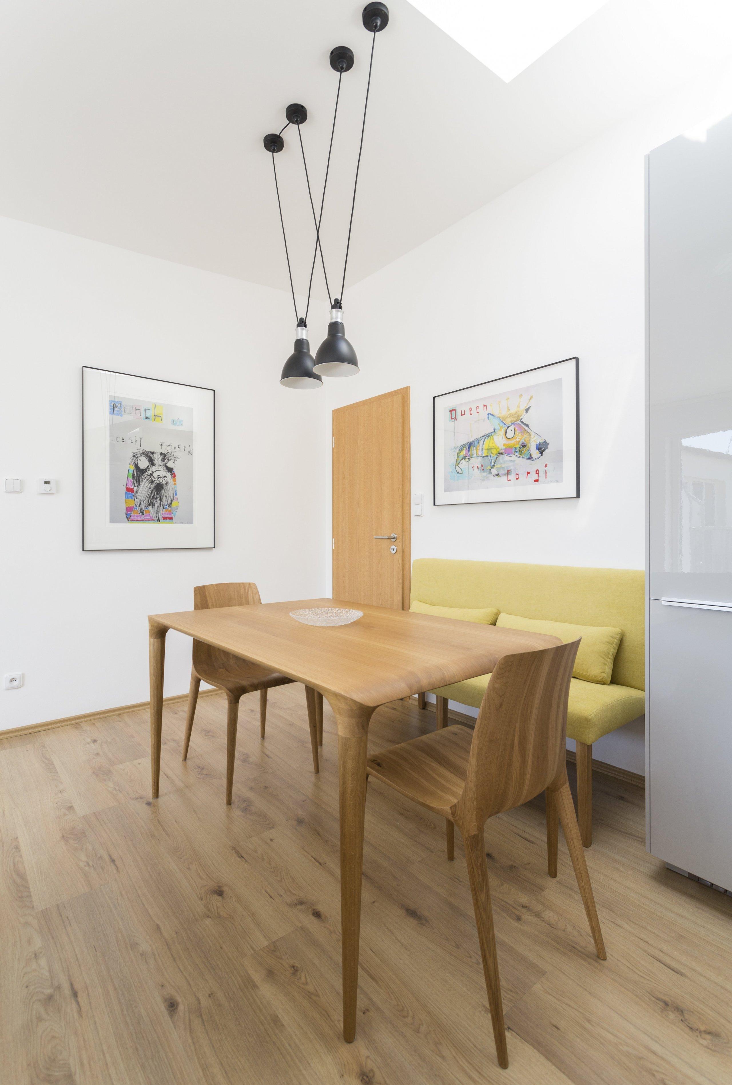 Návrh bytu 2kk nedaleko pražské Palmovky se nese v duchu hravosti. Výrazným prvkem jsou ilustrované portréty psů od anglického autora Andyho Shawa. Svěží…