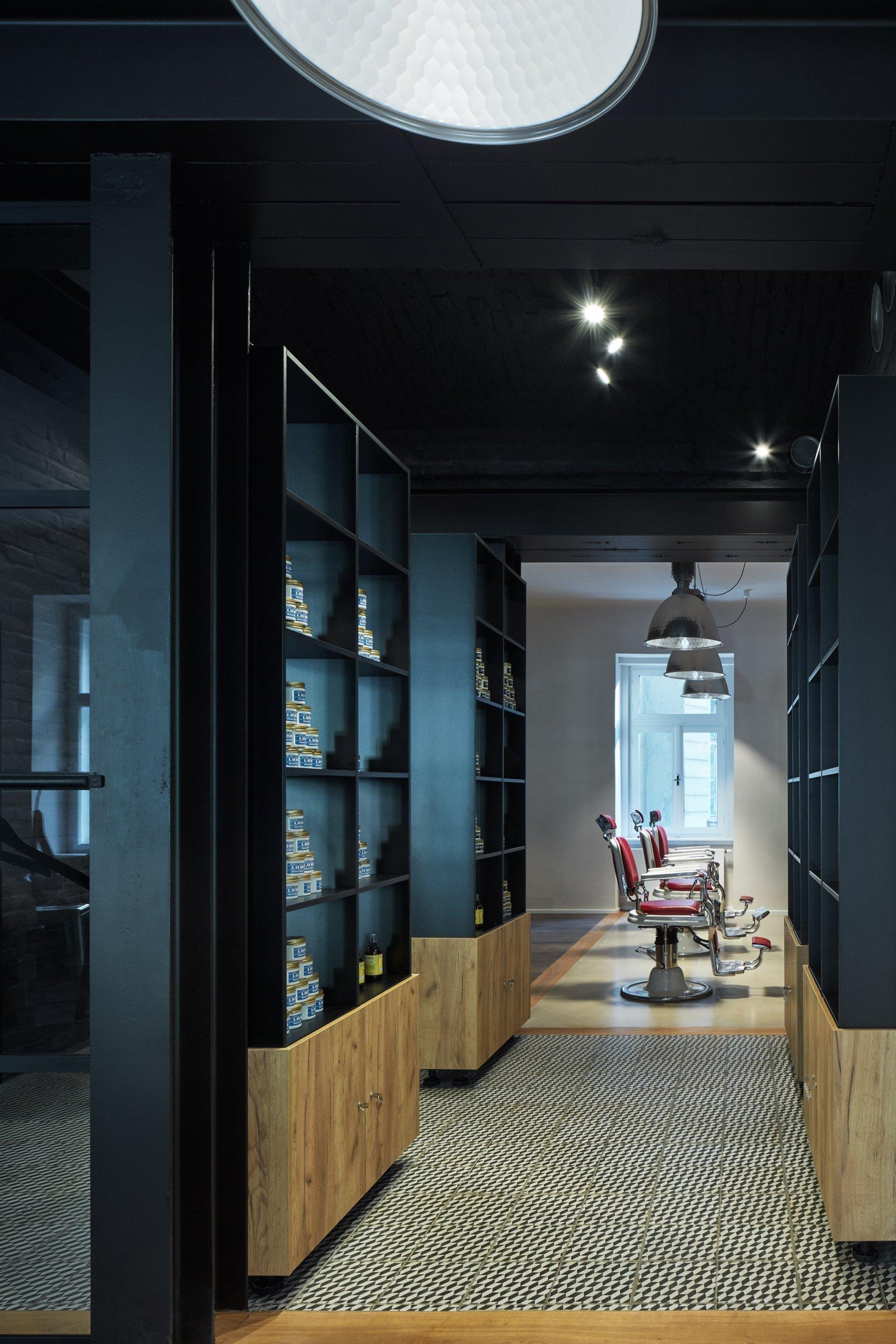 Interiér holičství  cílem bylo vytvořit pánský interiér, a to jak barevností, tak materiály. Ve stávajícím prostoru již byly provedeny statické úpravy a…