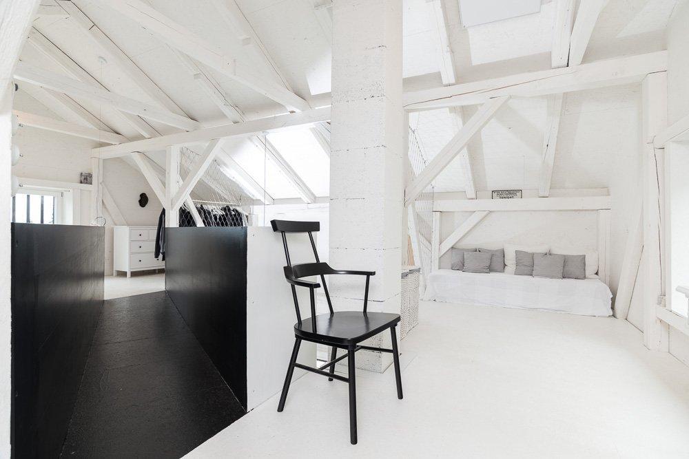 Dispozice / hmota – původní hmota stodoly zůstala v nezměněné podobě. Dispozice je zcela otevřená, vymezení prostoru a soukromí je zajištěno pevným vs.…