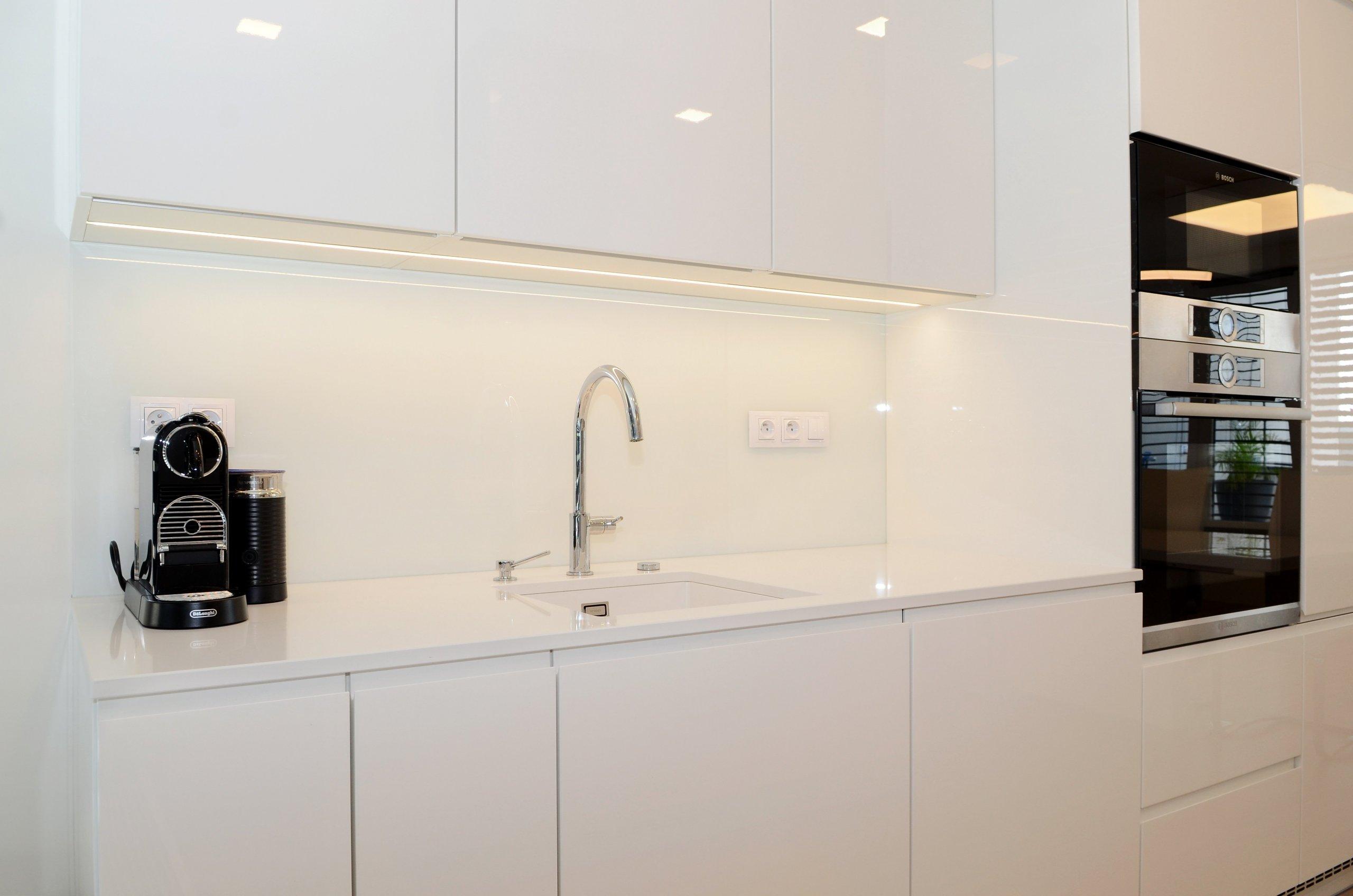 Minimalistický byt vbílé  Už když jsme poprvé viděly plány prostorného bytu s výhledem na brněnskou přehradu, bylo nám jasné, že tento&nbsp…