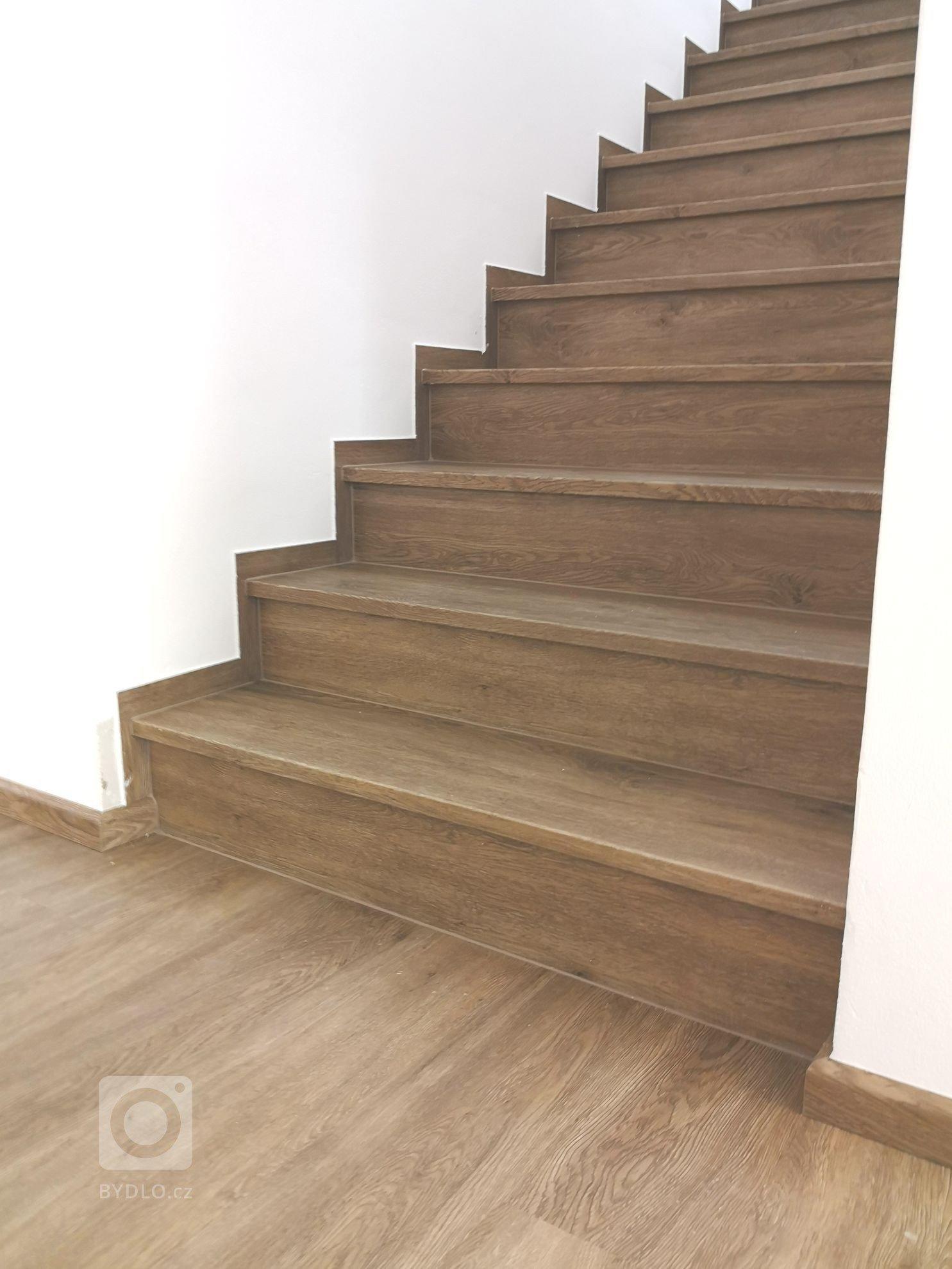 Podlaha i schodiště ve stejném dekoru
