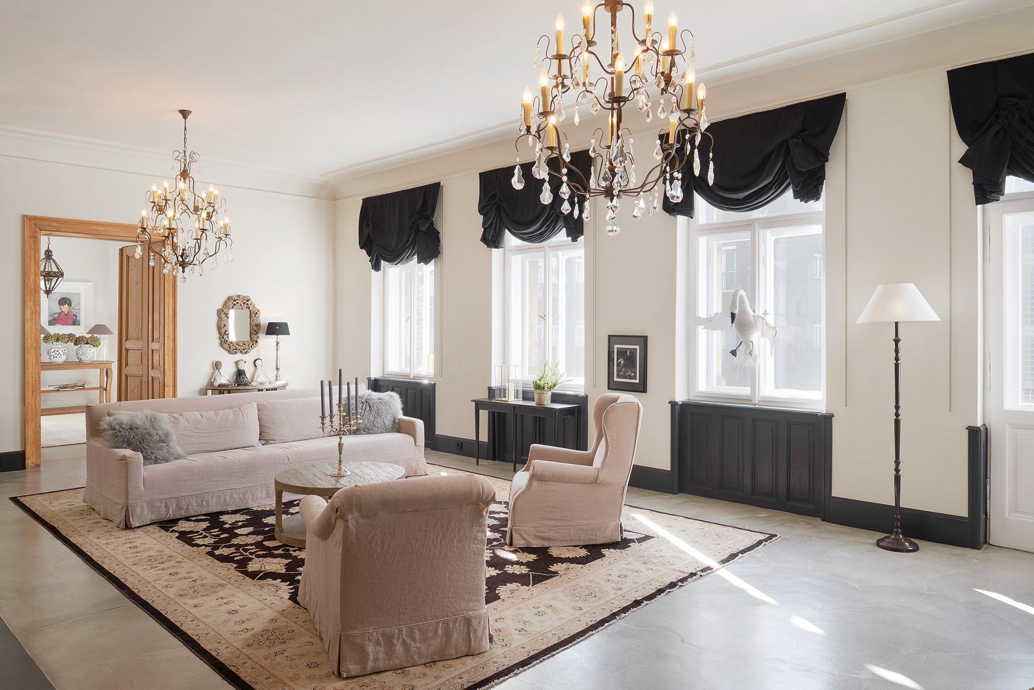 Kompletně zrekonstruovaný velkorysý byt s balkonem a výhledem na Pražský hrad, situovaný ve 2. patře udržovaného renovovaného činžovního domu s výtahem. Byt se…