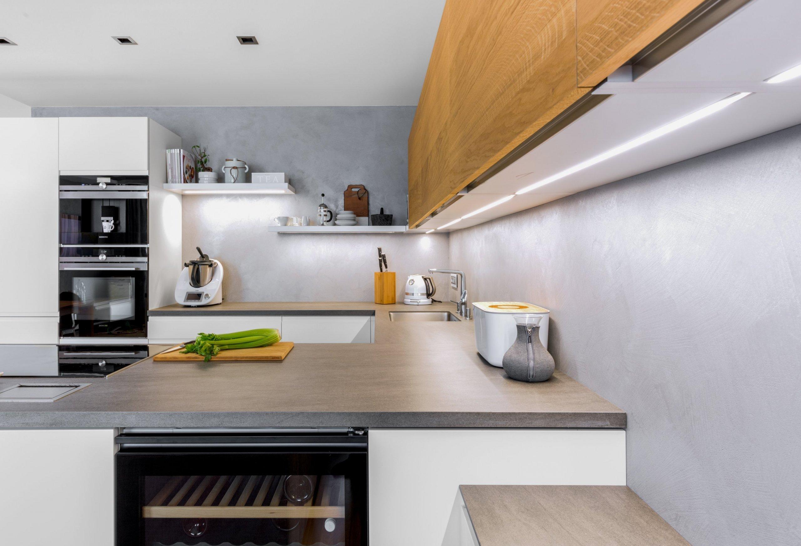 Od jídelního stolu po kout s televizí - tato kuchyňská sestava překračuje běžný prostor k vaření a stává se přirozenou dominantou místnosti, kde každý prvek…