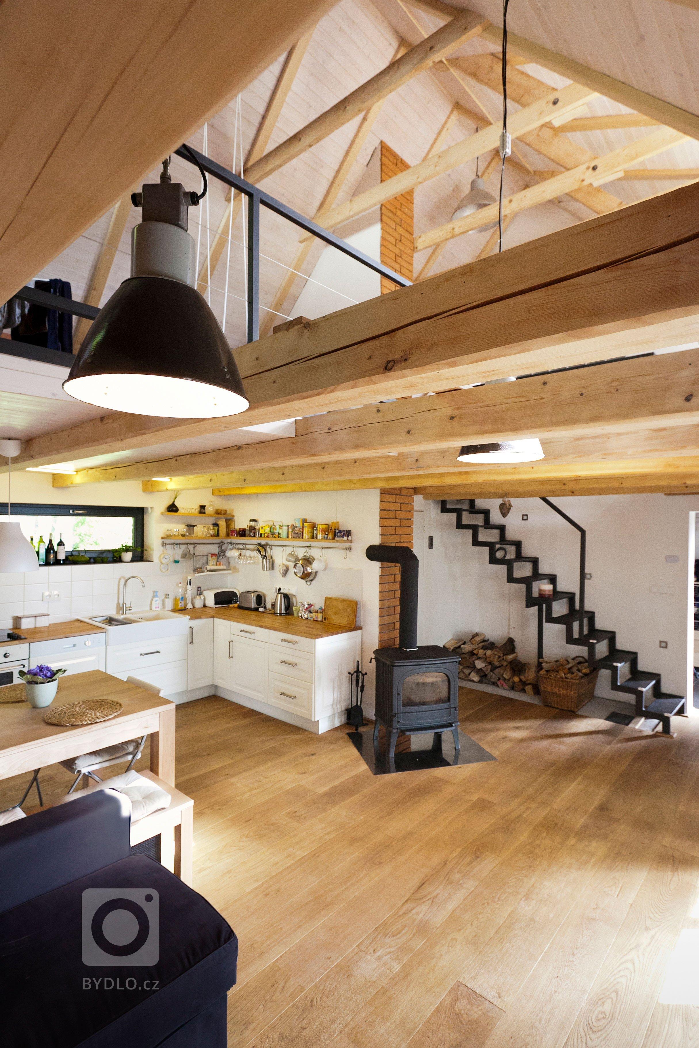 Mladý pár si přál přestavět chalupu z 80.let v oblasti Lipno na trvalé bydlení. Hlavním cílem bylo uchovat prostornou formu domu a dosáhnout provázanosti s…