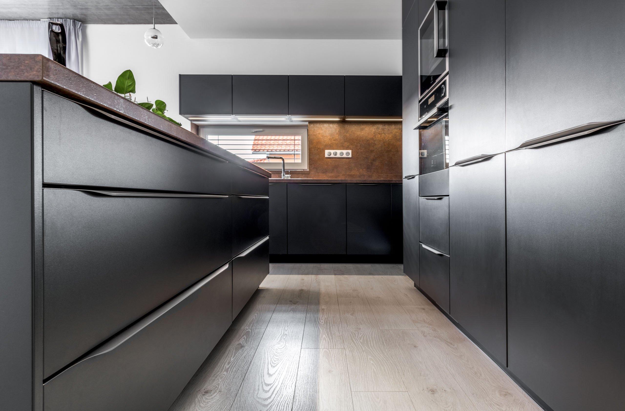 Představujeme řídící místo celé domácnosti. Kuchyni Trend Matt Antracit, kde se sbíhají všechny důležité rodinné okamžiky a rodí všechna zásadní rozhodnutí.…