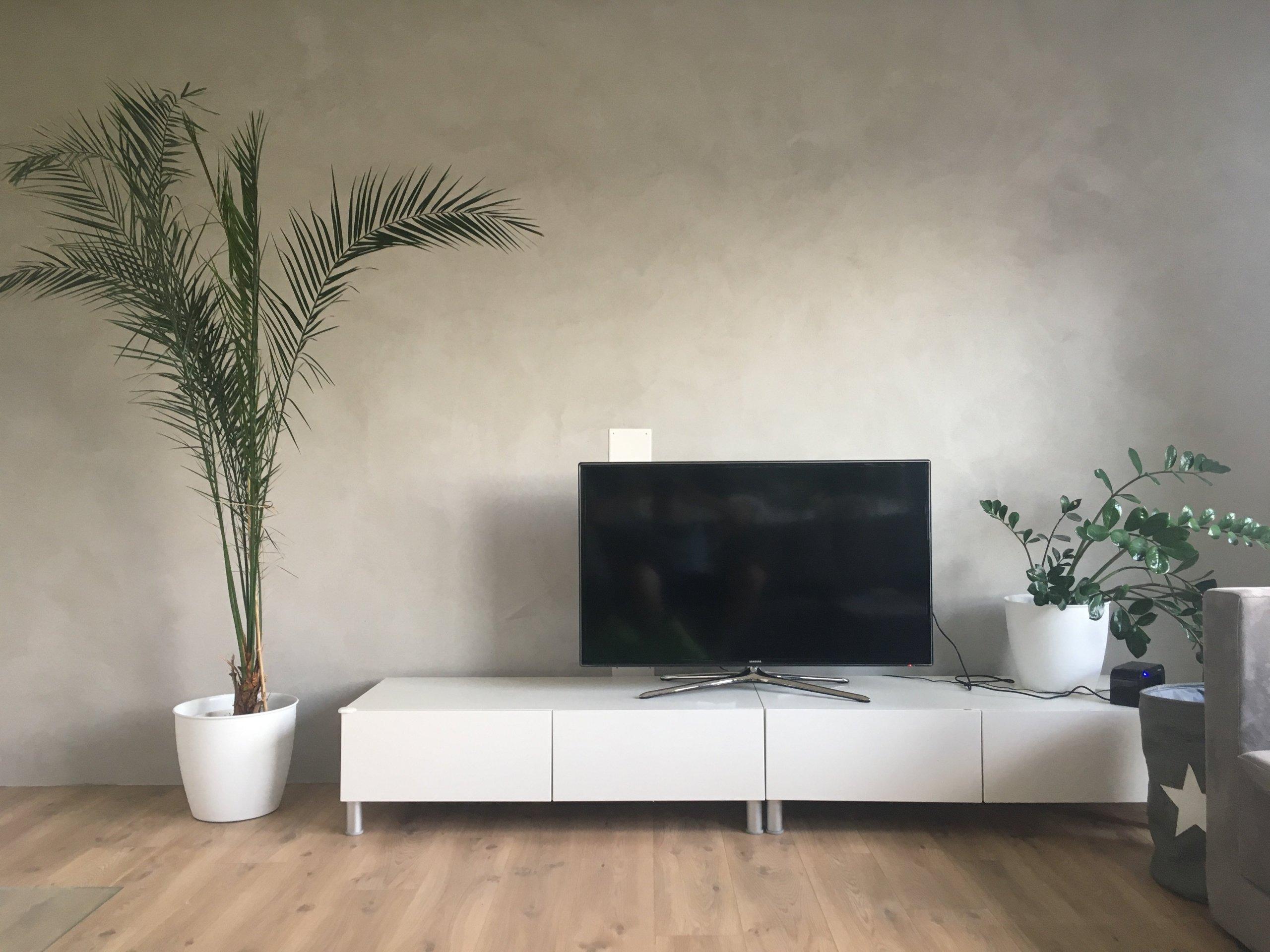 Světle šedá betonová stěrka v obývacím pokoji