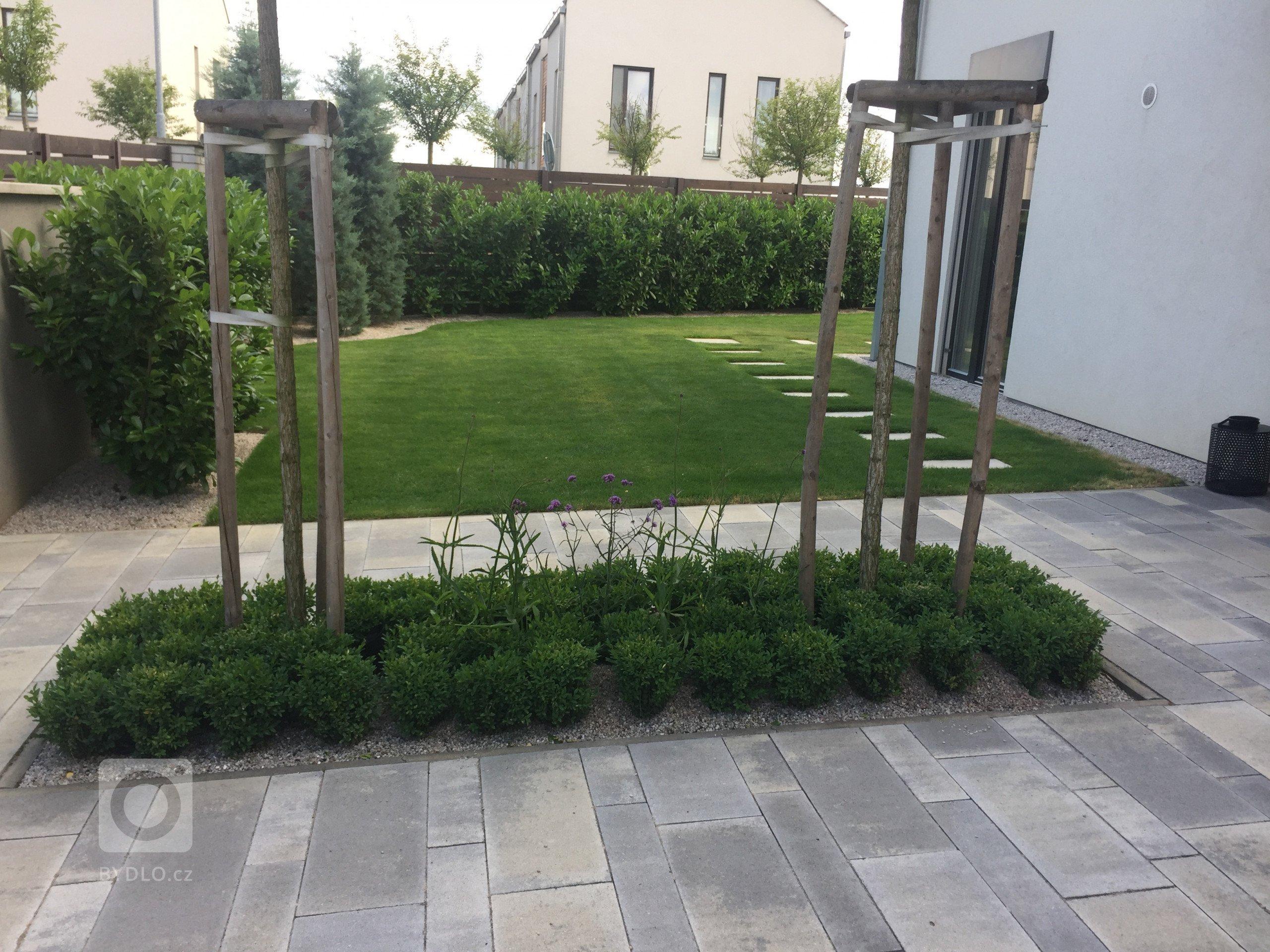 Zahrada u moderního řadového domu