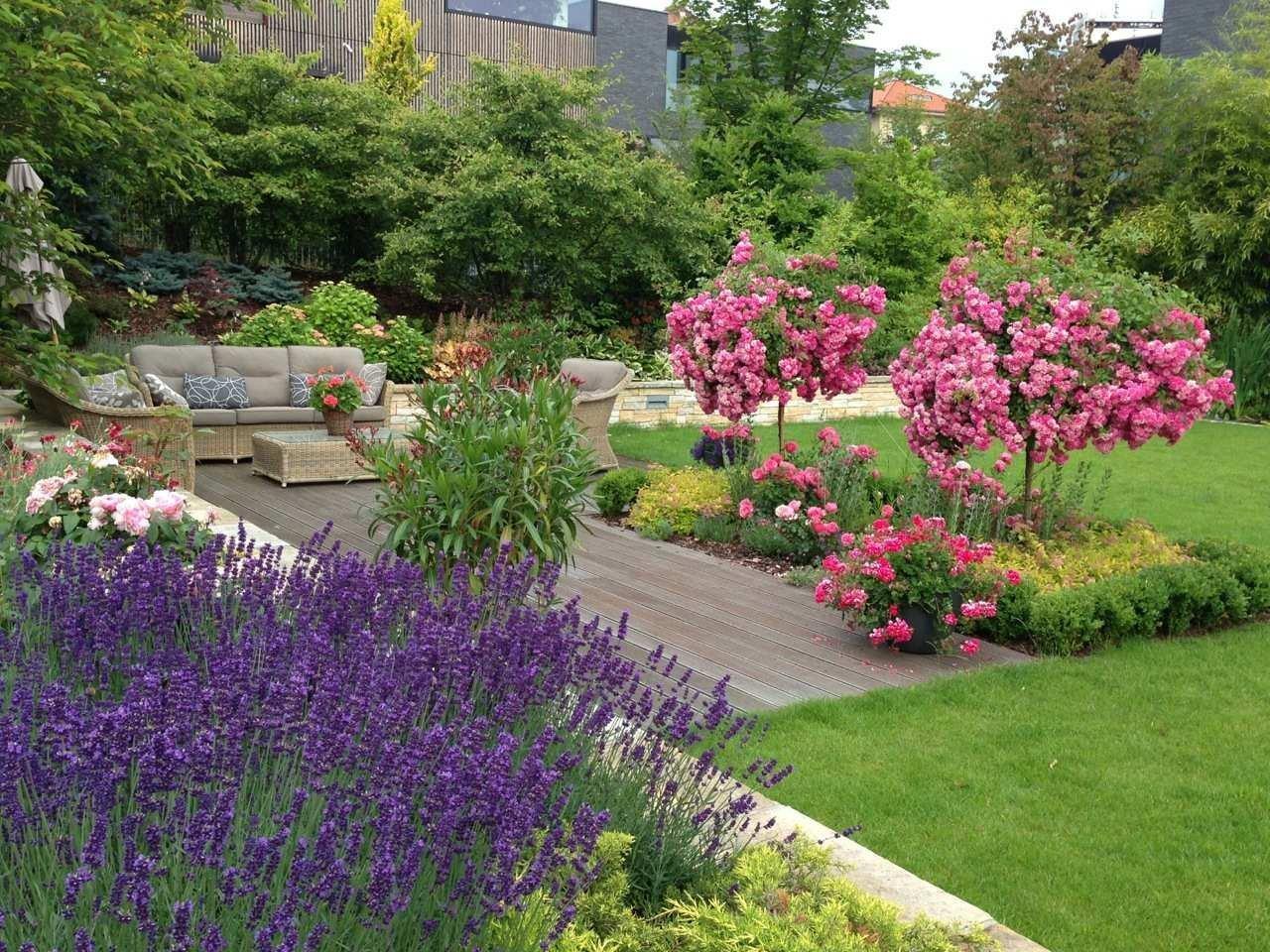 Romantickou zahradu plnou růží jsme vydupali ze země plné plevele, jedna z úžasných realizací našich zahrad.
