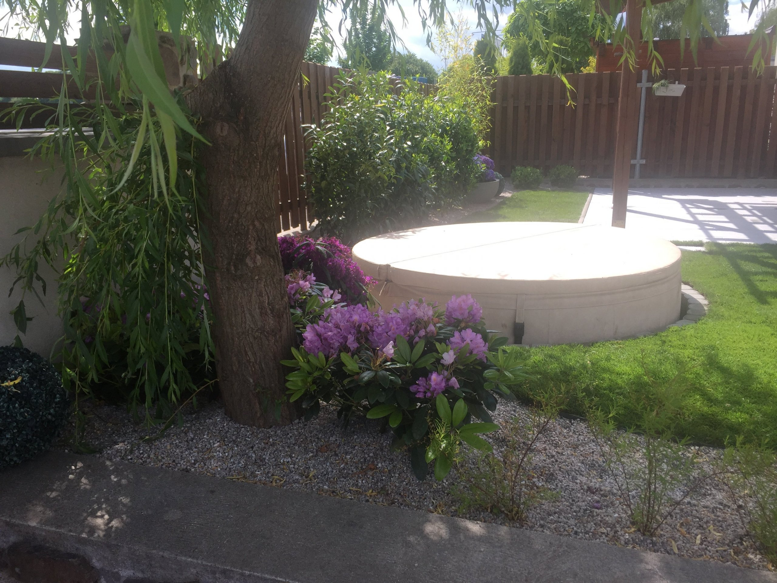 Nemůžete doma vydržet horkem? Udělejte si na zahradě wellness s vířivkou nebo bazénem
