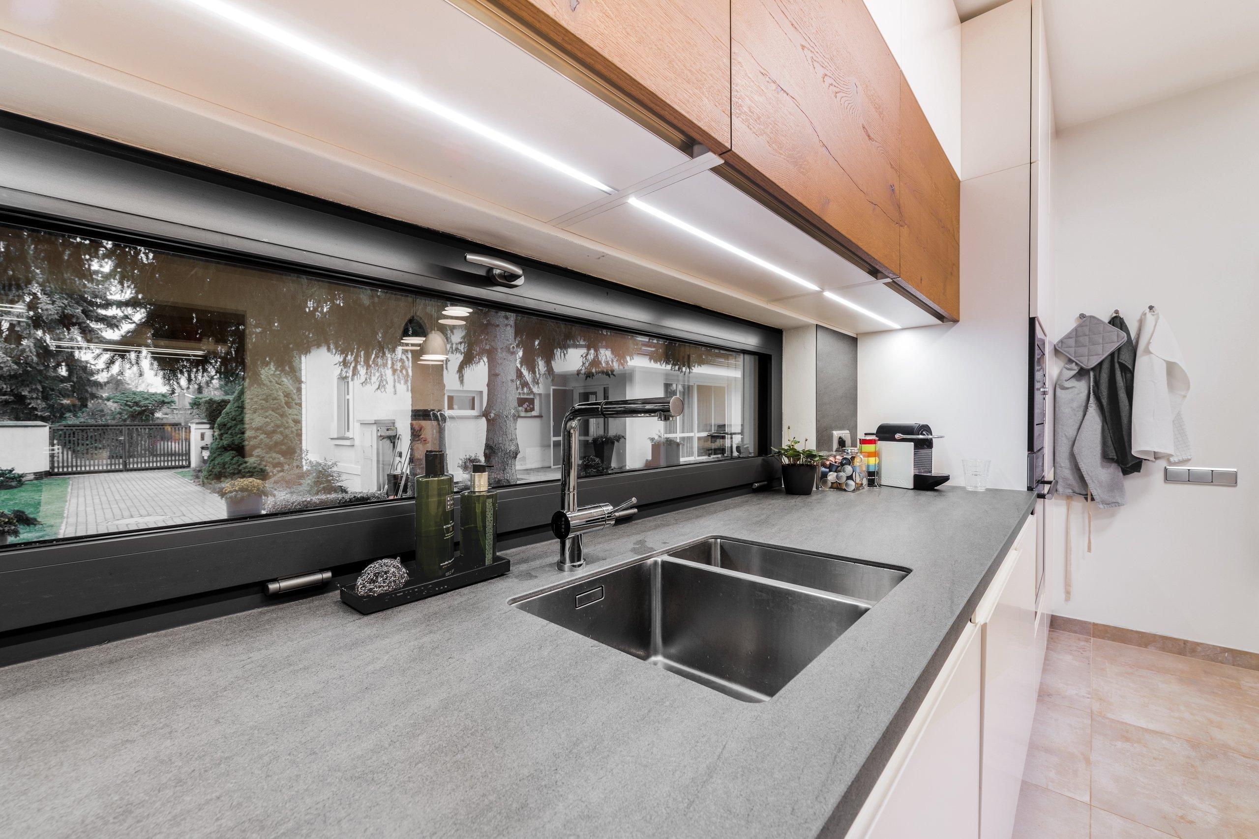 PURE MATT MAGNOLIE | DUB ANTICKÝ TMAVÝ  Kuchyně je mystické místo každého domu. Prostor, kde se otevíráme světu chutí a smyslů, a ukrýváme před nepodařenými…