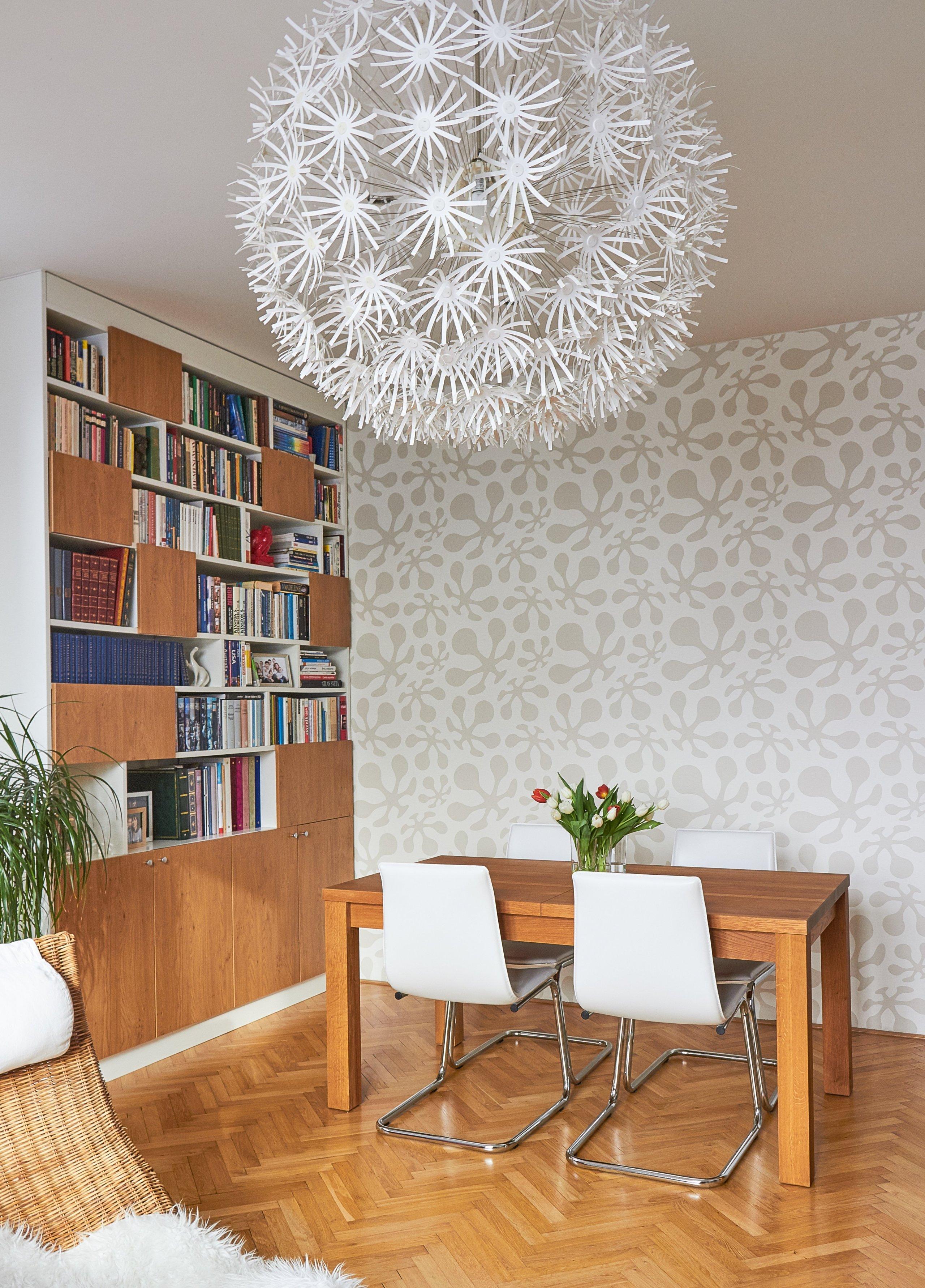 V celém bytě se objevují prvky retro stylu a kombinace nového se starým. Byly repasovány původní dubové parkety a dveře. Kuchyňská linka je tvořena v odstínu…
