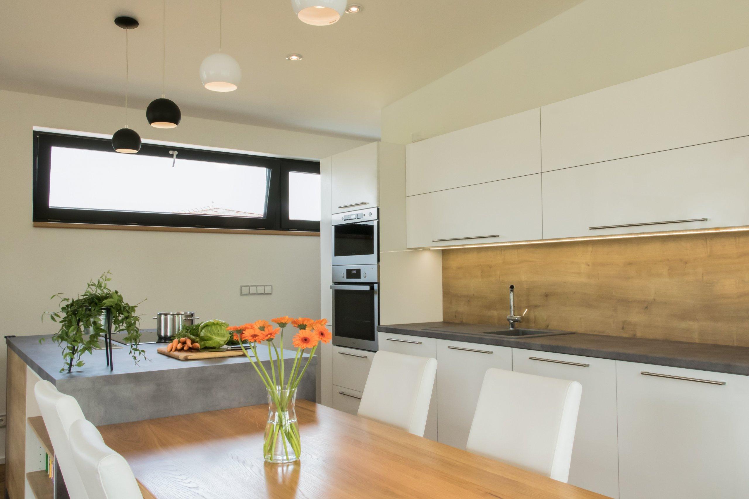Kuchyňská linka je navržena ve dvou liniích s navazujícím jídelním stolem. Klasickou kombinaci bílé a dekoru dubového dřeva obzvláštňuje šedý akcent v podobě…