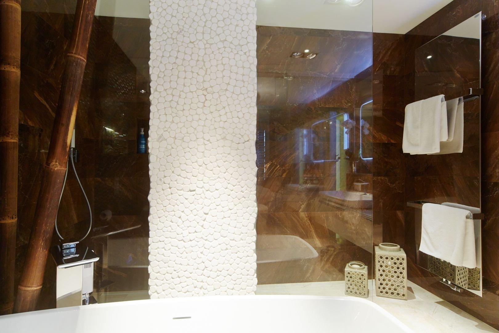 Realizace koupelny se záchodem moderního bytu v Brně. Zakázka byla dodána včetně vizualizace, materiálůa řemeslných prací na klíč.