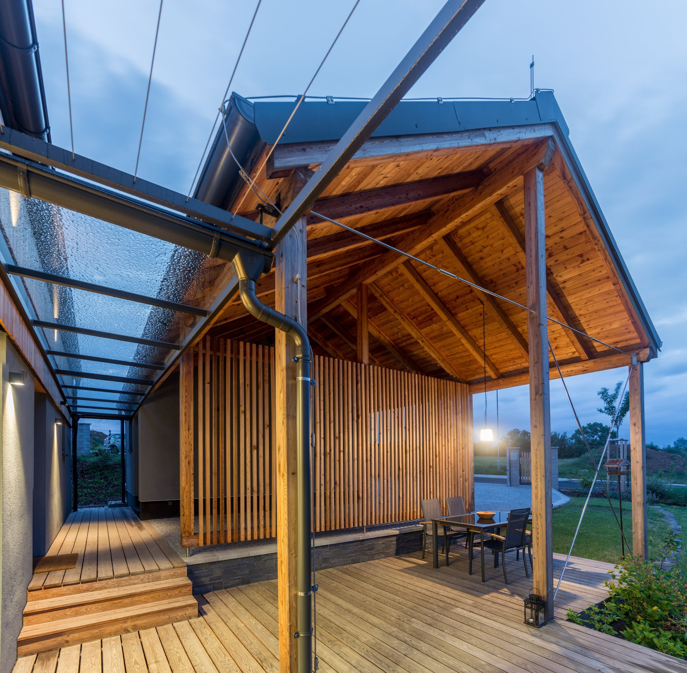 Postavit si dřevostavbu na kopci má mnoho výhod - nezaplaví ho voda, je z něj dobrý výhled a není ho možné přehlédnout. A pokud je dobře postavený, neodfoukne…