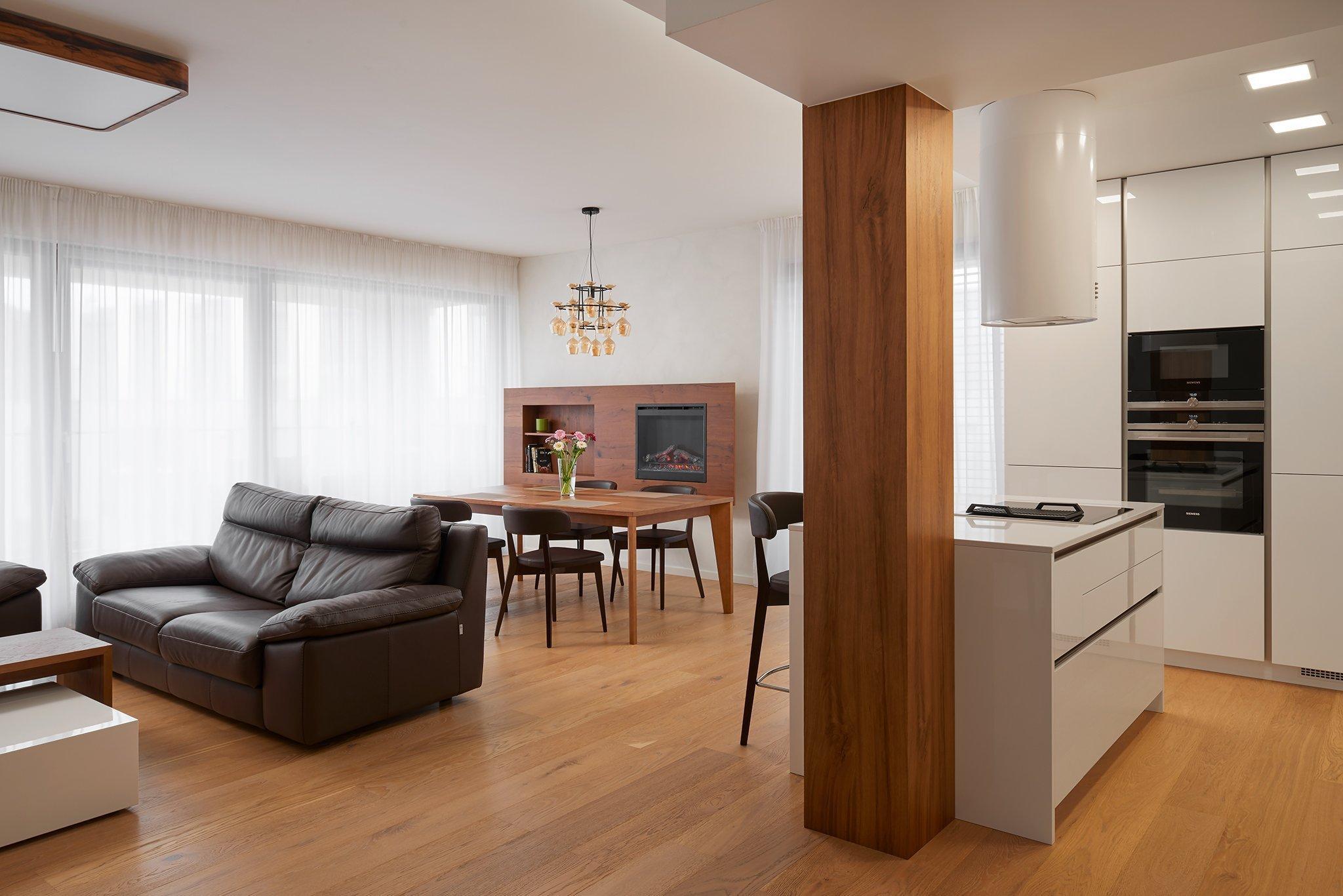 Nová kuchyně, jídelní a obývací prostor realizované v rámci projektu Dock v Holešovicích. Z dílny Hanák Centrum Praha.