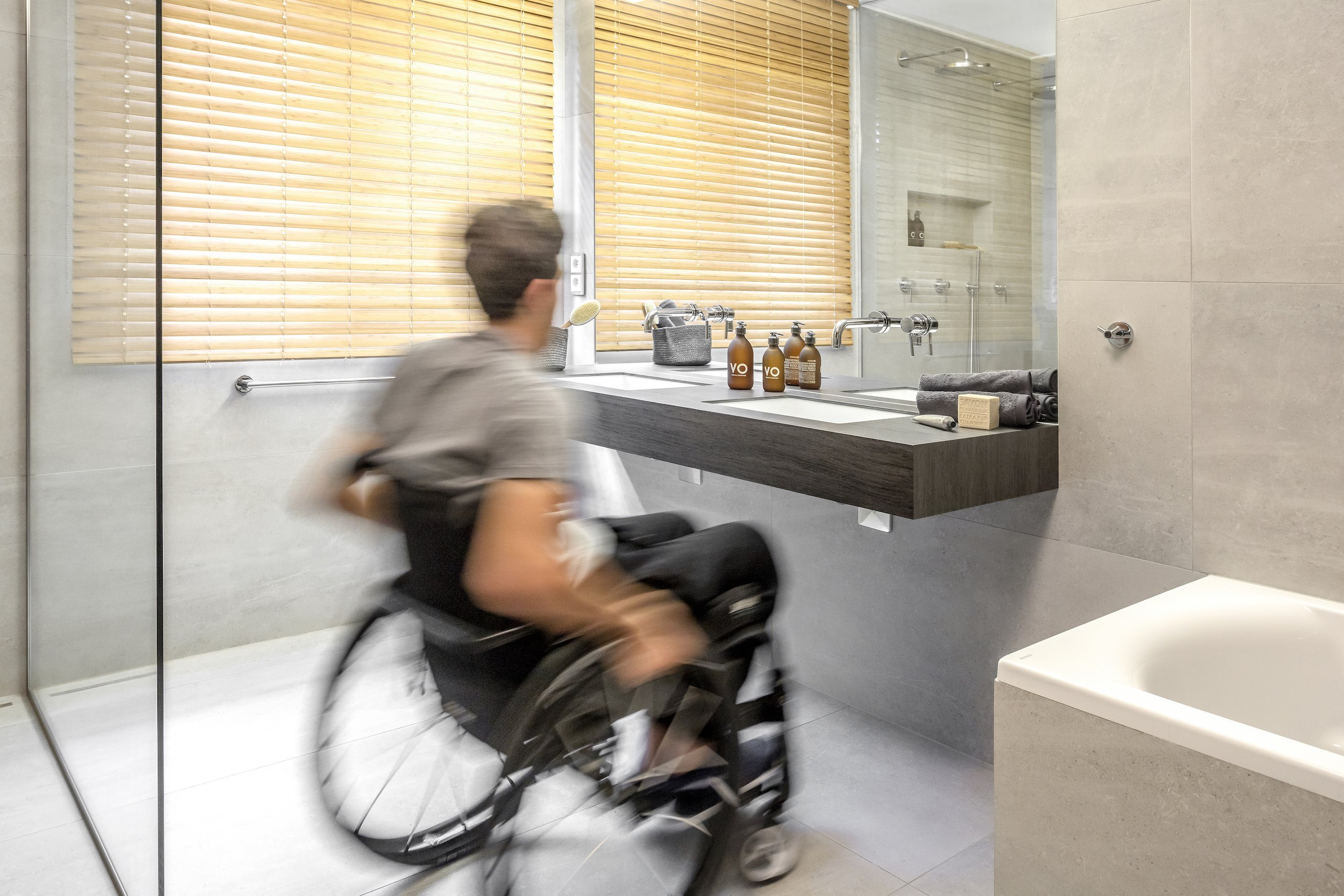 Kompletní rekonstrukce koupelny čtvercového půdorysu byla vtomto případě specifická protože měla splnit požadavky na bezbariérovost azároveň…