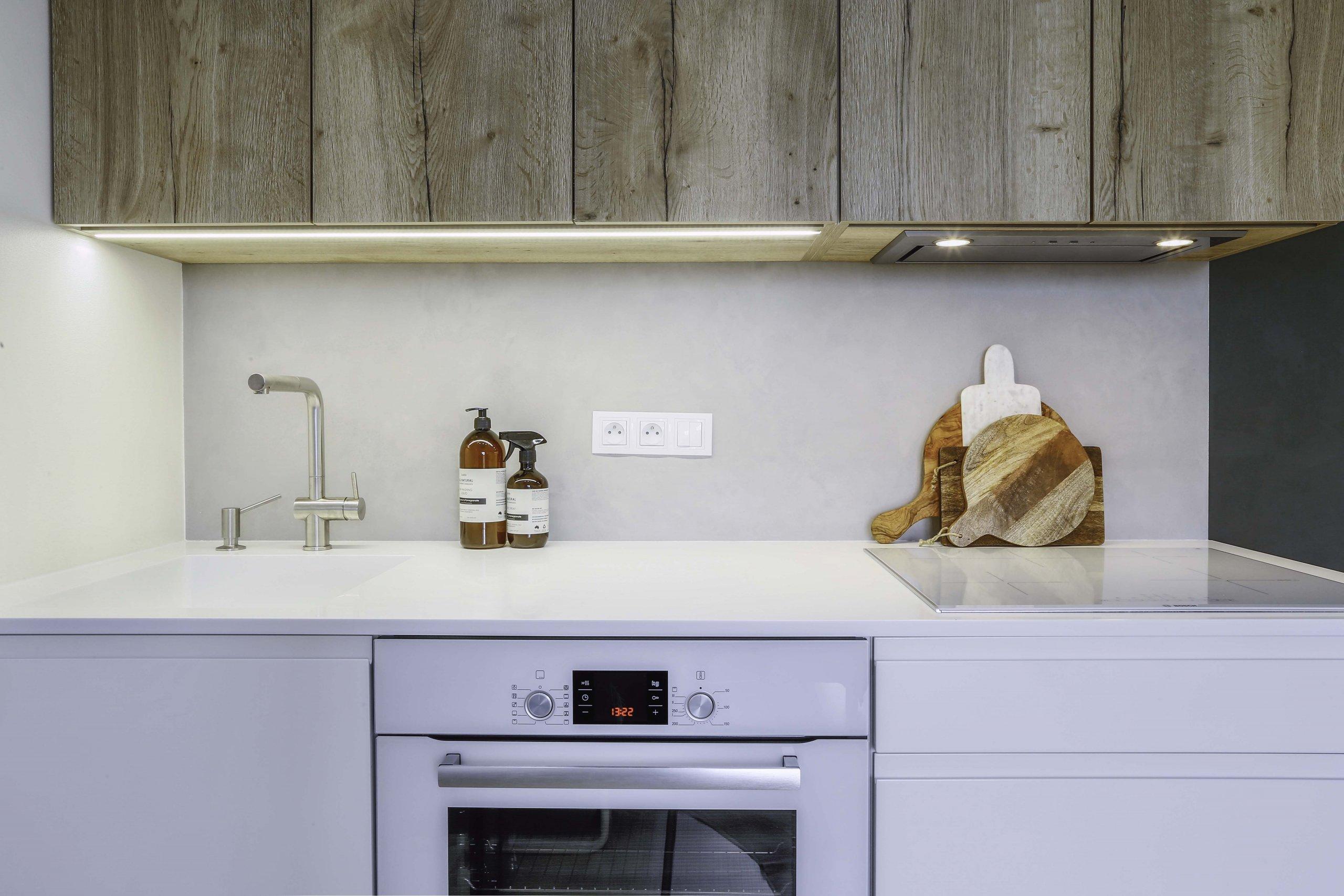 Kuchyně v malém bytě byla navržena tak, aby poskytla klientce dostatek úložných prostor nejen pro kuchyň, ale i pro další věci. Barvy i materiály byly vybrány…