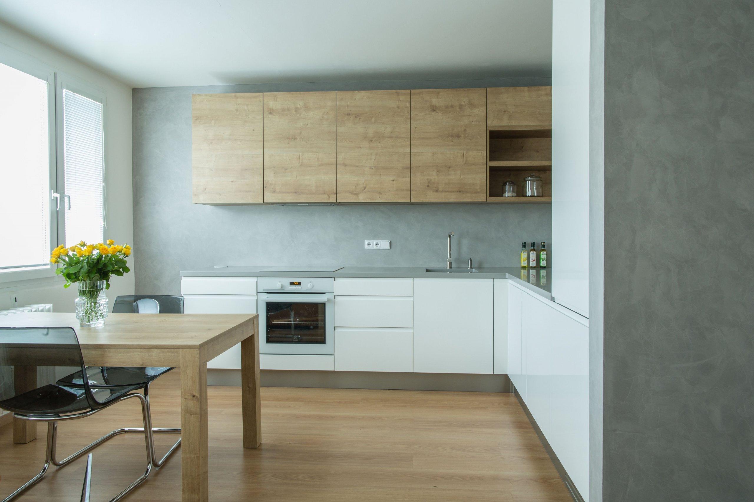 Praktickou a moderní kuchyň v paneláku jsem ráda navrhla pro jednu z mých klientek. Oblíbená kombinace bílé, šedé a dřeva je na této kuchyni v harmonii se…
