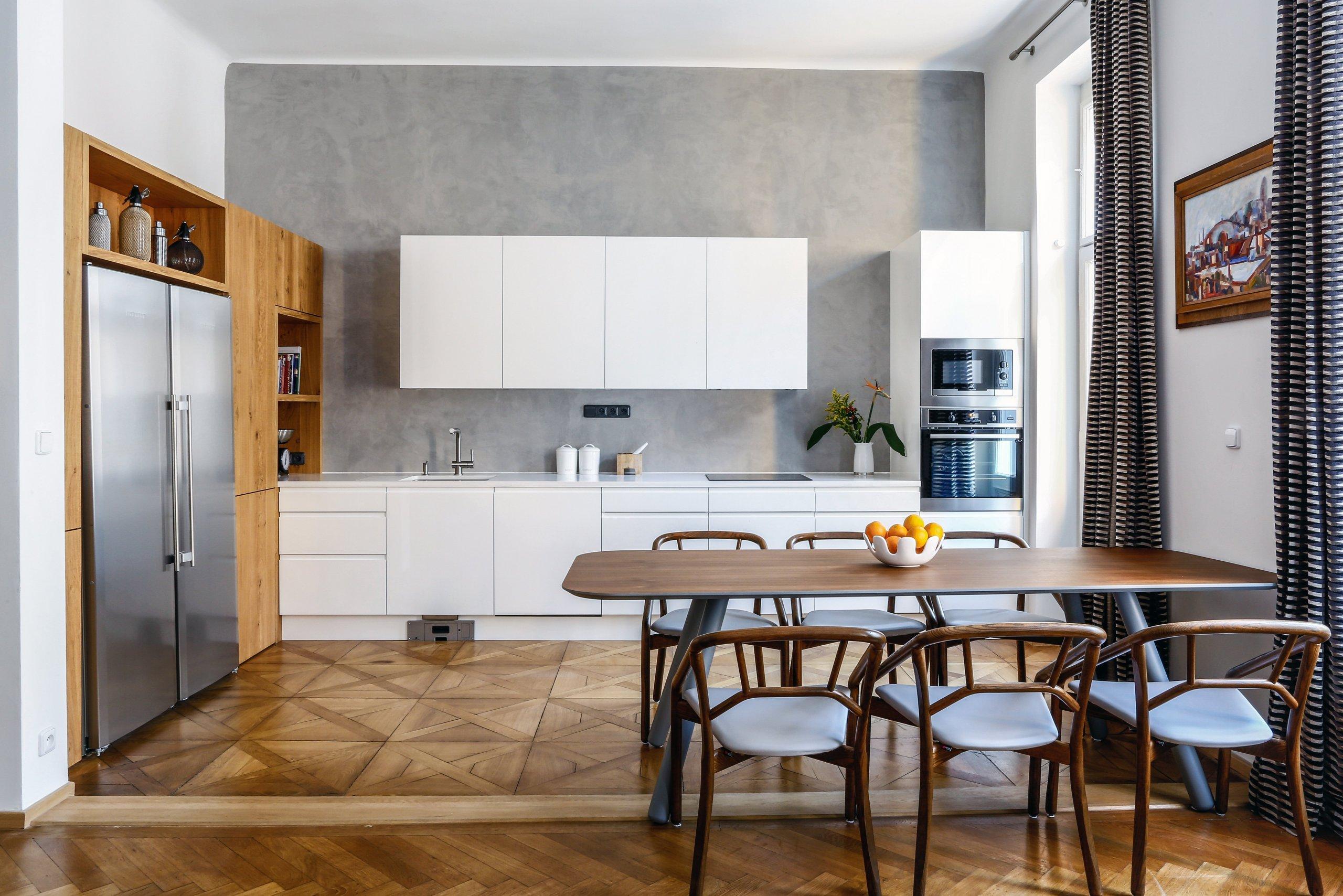 Navrhnout kuchyň do tak krásného prostoru s vysokým stropem byla od začátku radost. Přiznat výšku místnosti se podařilo i díky omyvatelné stěrce. Baví mě jak…