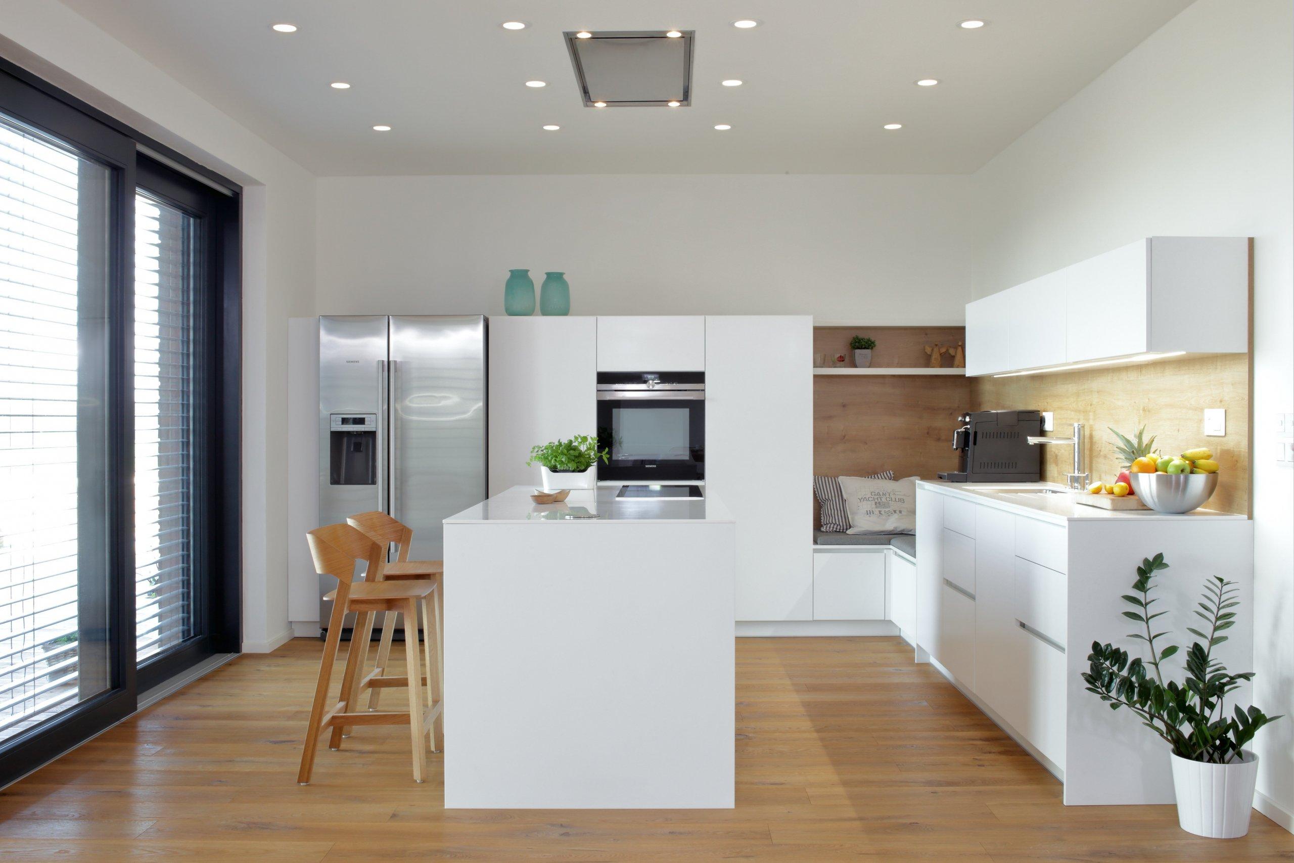 Elegantní, vzdušná, nadčasová – tak by se dala charakterizovat kuchyň vpřízemní novostavbě rodinného domu u Pardubic.  Kuchyň je prostorná,…