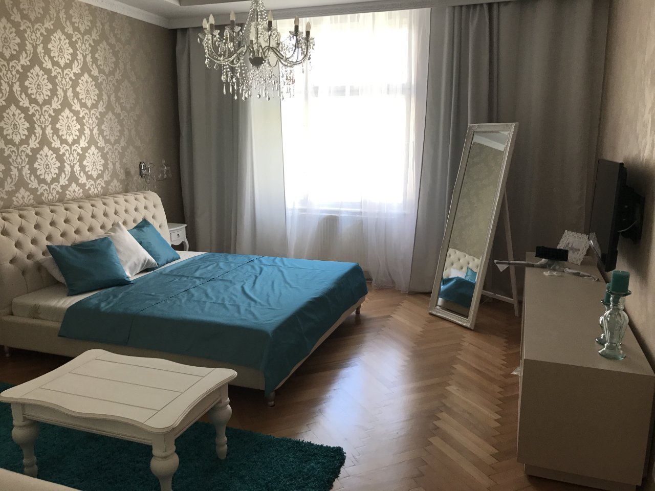 Zde jsme realizovali závěsy a záclony s třpytívými odlesky na přání majitele a doplnili jsme dekoračními polštáři a přehozy přes postel.