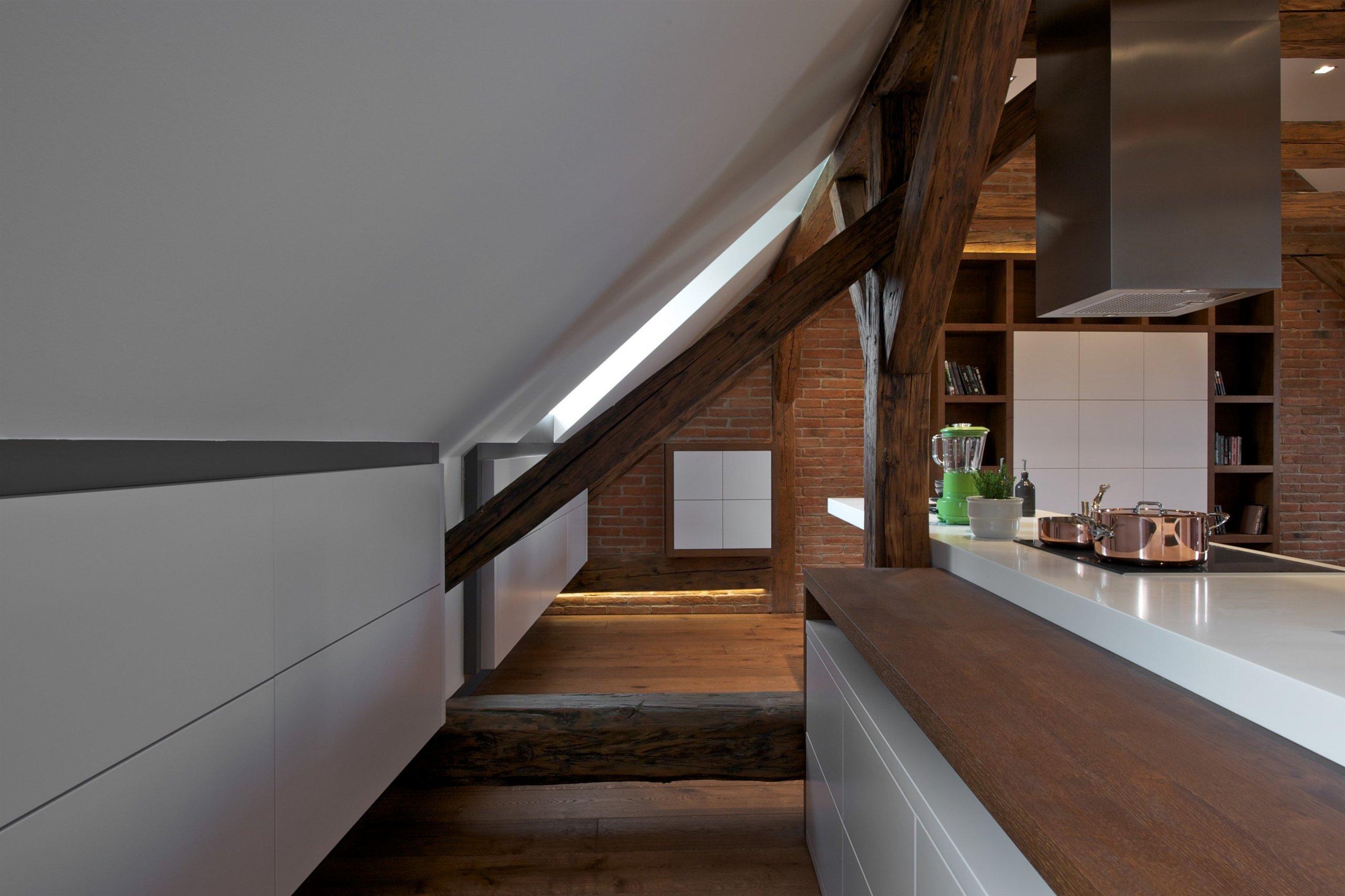 Byt pro mladý pár, Čecha a Američanku, vznikl vrámci komplexní rekonstrukce historického domu. Nevyužívaný půdní prostor skýtal možnost vestavby malého,…