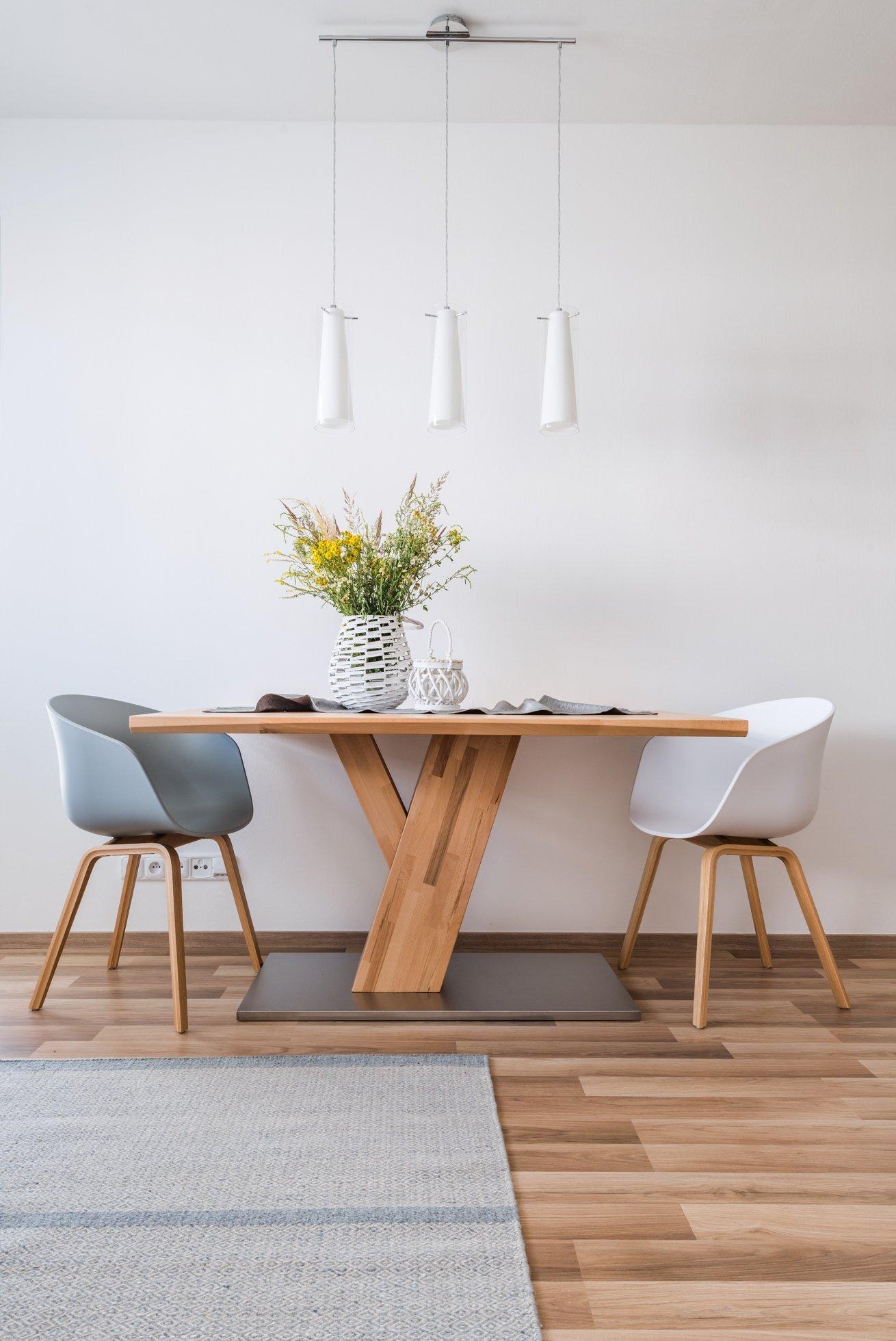 Interiér menšího bytu pro mladý pár je zařízen funkčně a jednoduše, s ohledem na úložné prostory.