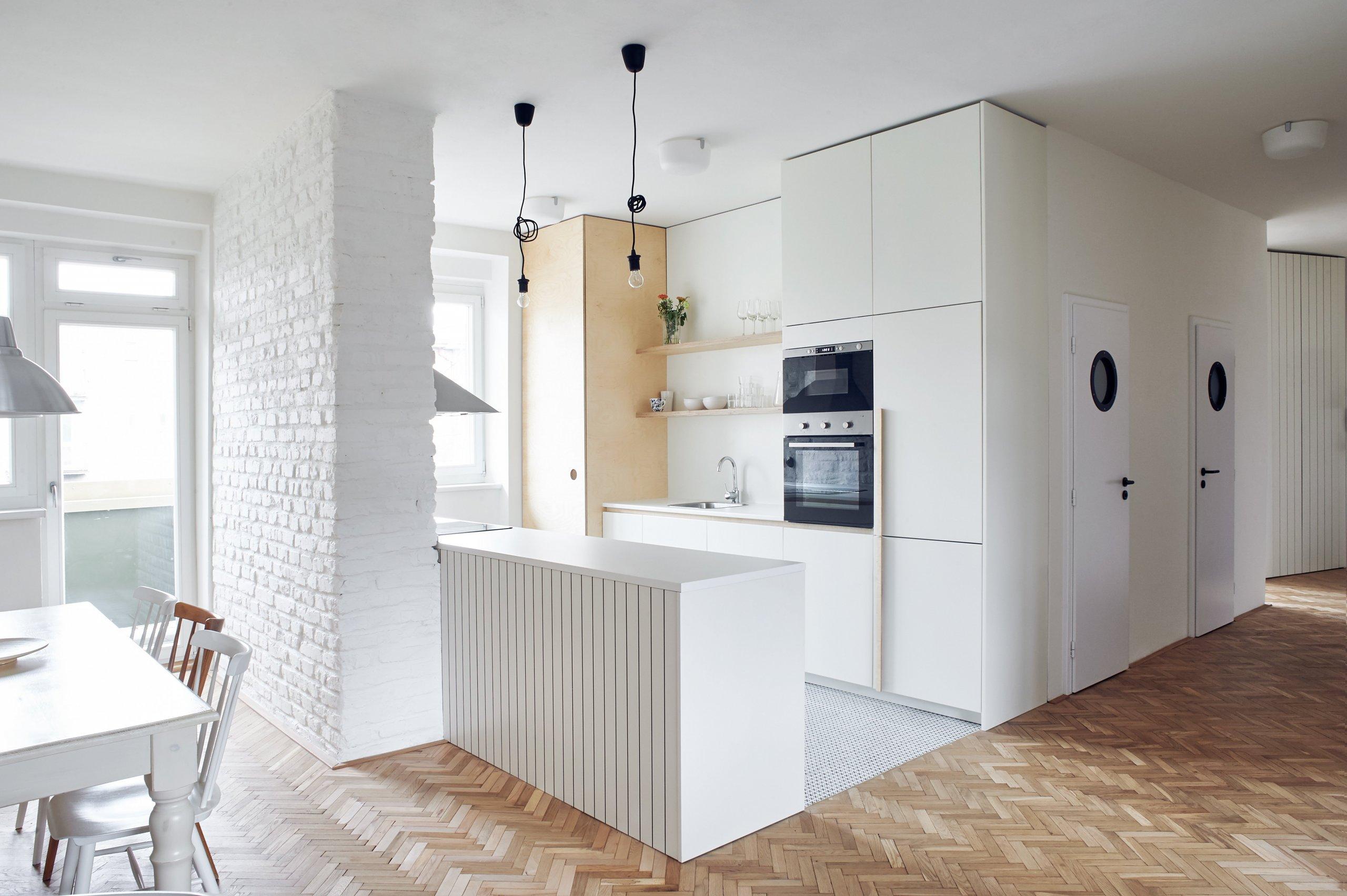 Původní dispozici bytu 5+1 jsme změnili na 4+KK. Kuchyni jsme propojili s jídelnou a obývacím pokojem. Zcela jsme změnili dispozici jádra, které je umístěno ve…