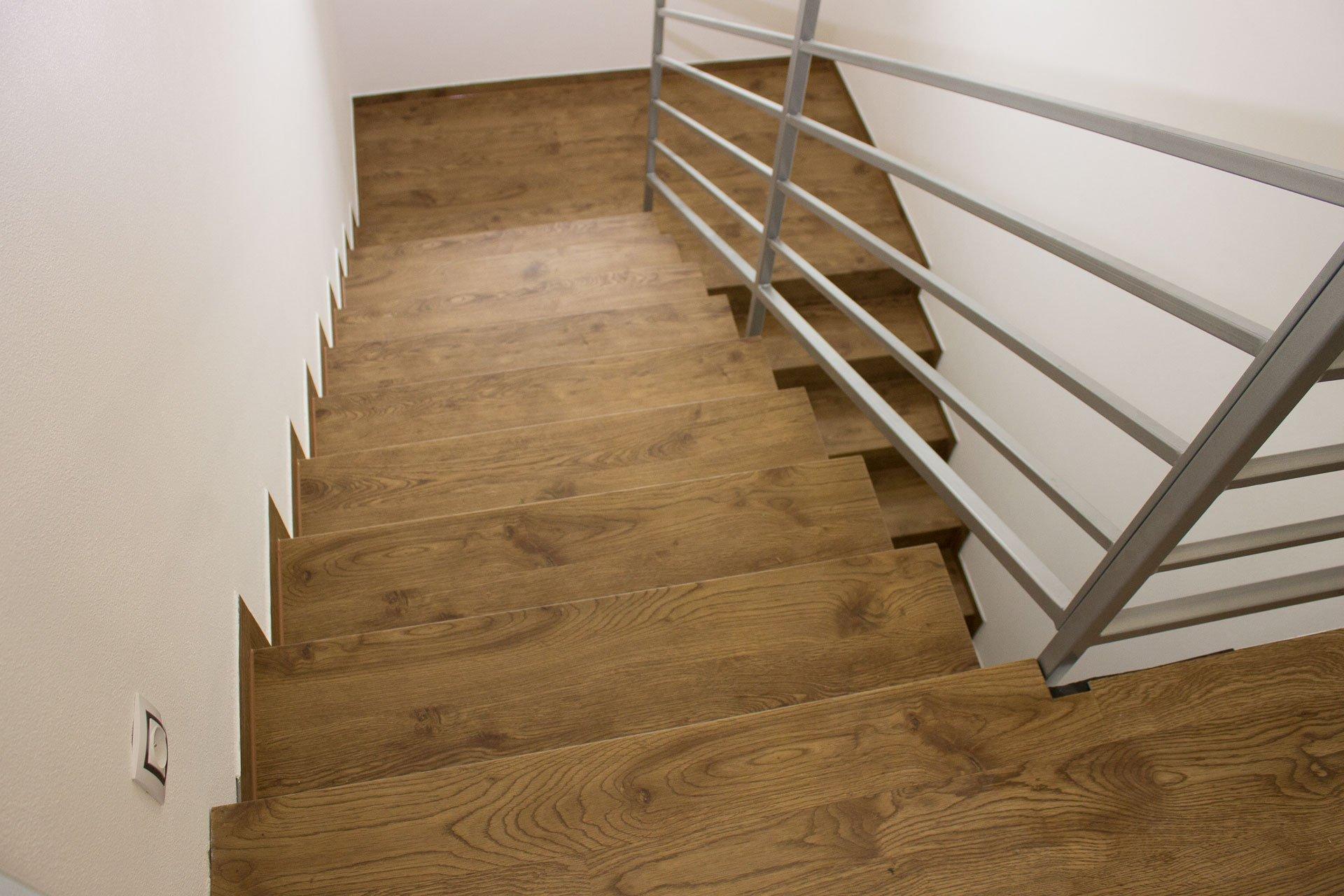 Napojení posledního schodu na navazující podlahu bez lišt nebo jiných rušivých prvků