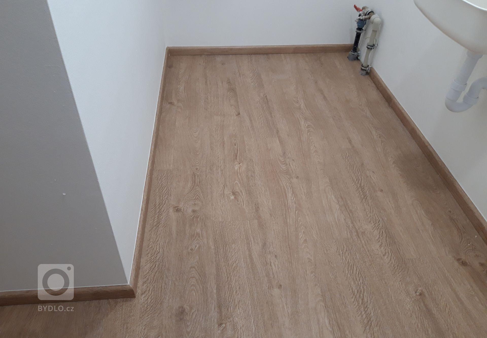 Vinylová podlaha BUKOMA PREMIUM CLICK se soklovými lištami BUKOMA PROFI-60 dekorem Dub Frigola