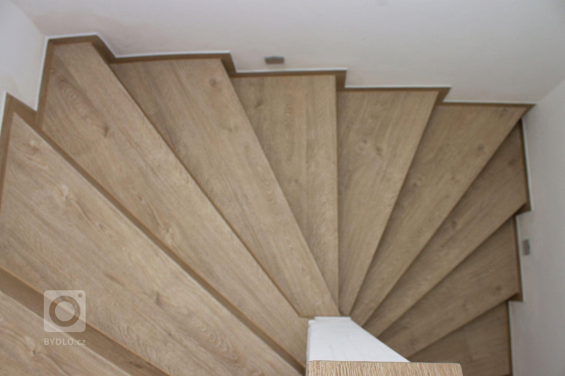 Točité schodiště z vinylové podlahy BUKOMA