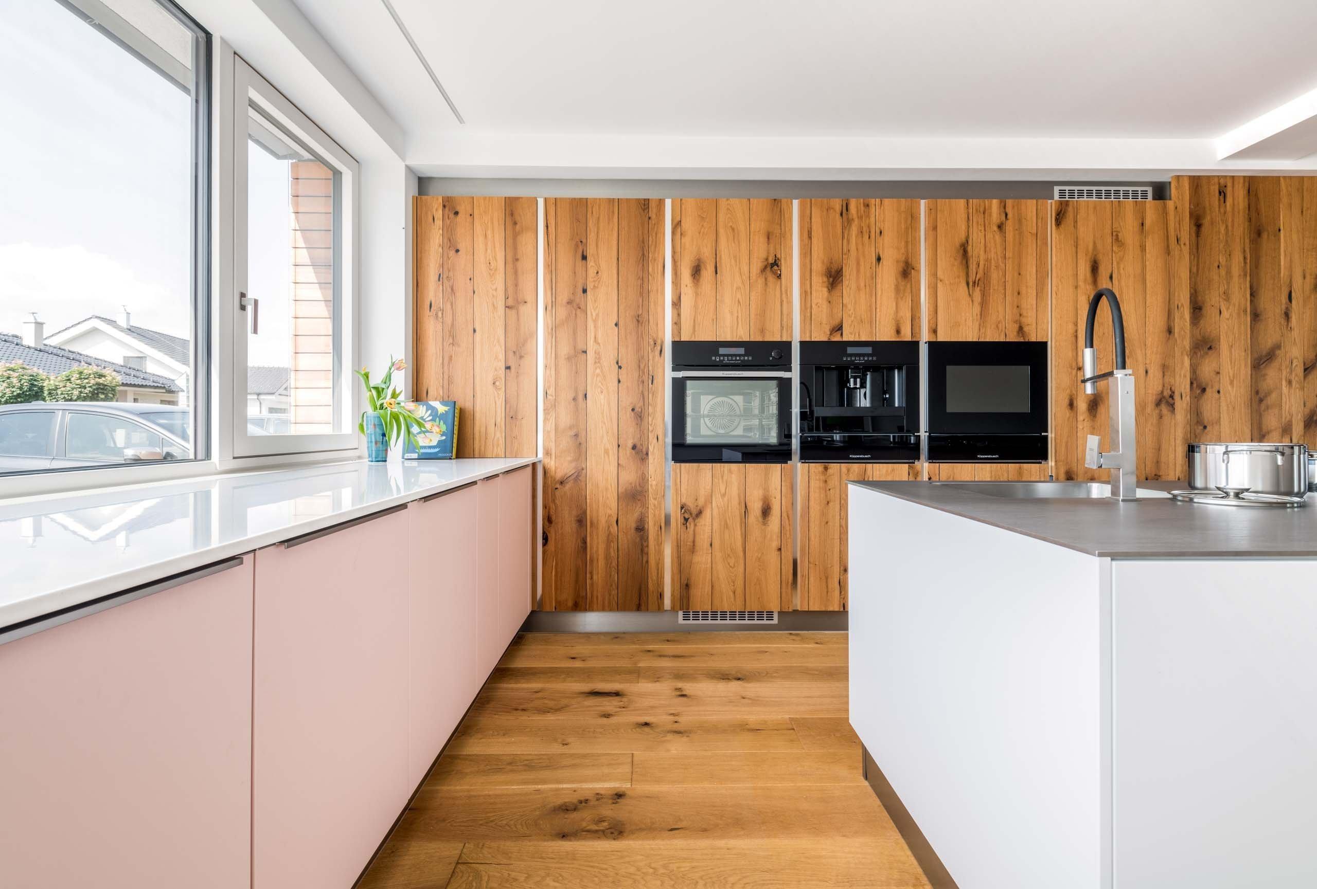 TOP EVERMATT | DUB STARÝ PŘÍRODNÍ SHOWROOM. PŘÍMO U VÁS DOMA.    Proč by nás zdi měly oddělovat od přírody? V této kuchyňské sestavě se venkovní…