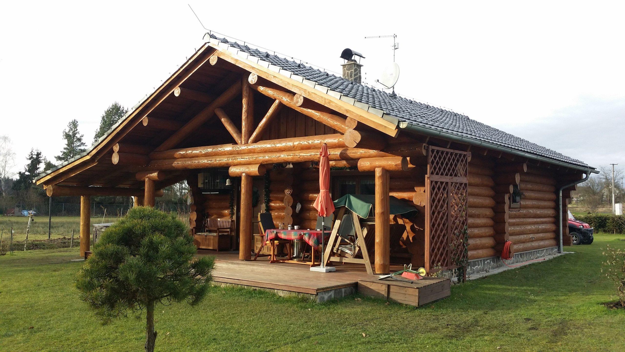 V Novohradských horách jsme postavili tento krásný přízemní srub, ze kterého se těší celá rodina. Dům slouží jako rekreační objekt.
