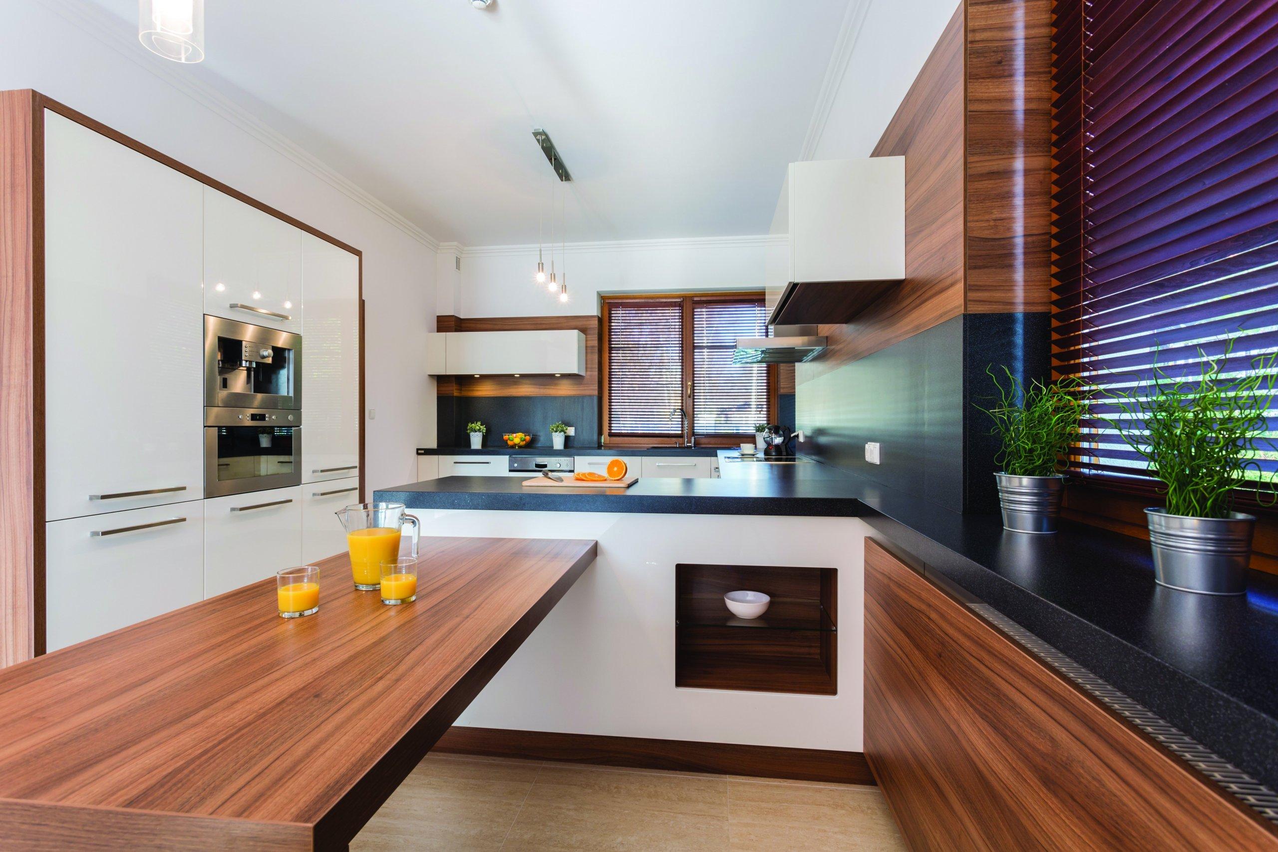 Moderní kuchyně s ostrůvkem a dřevěnými prvky.